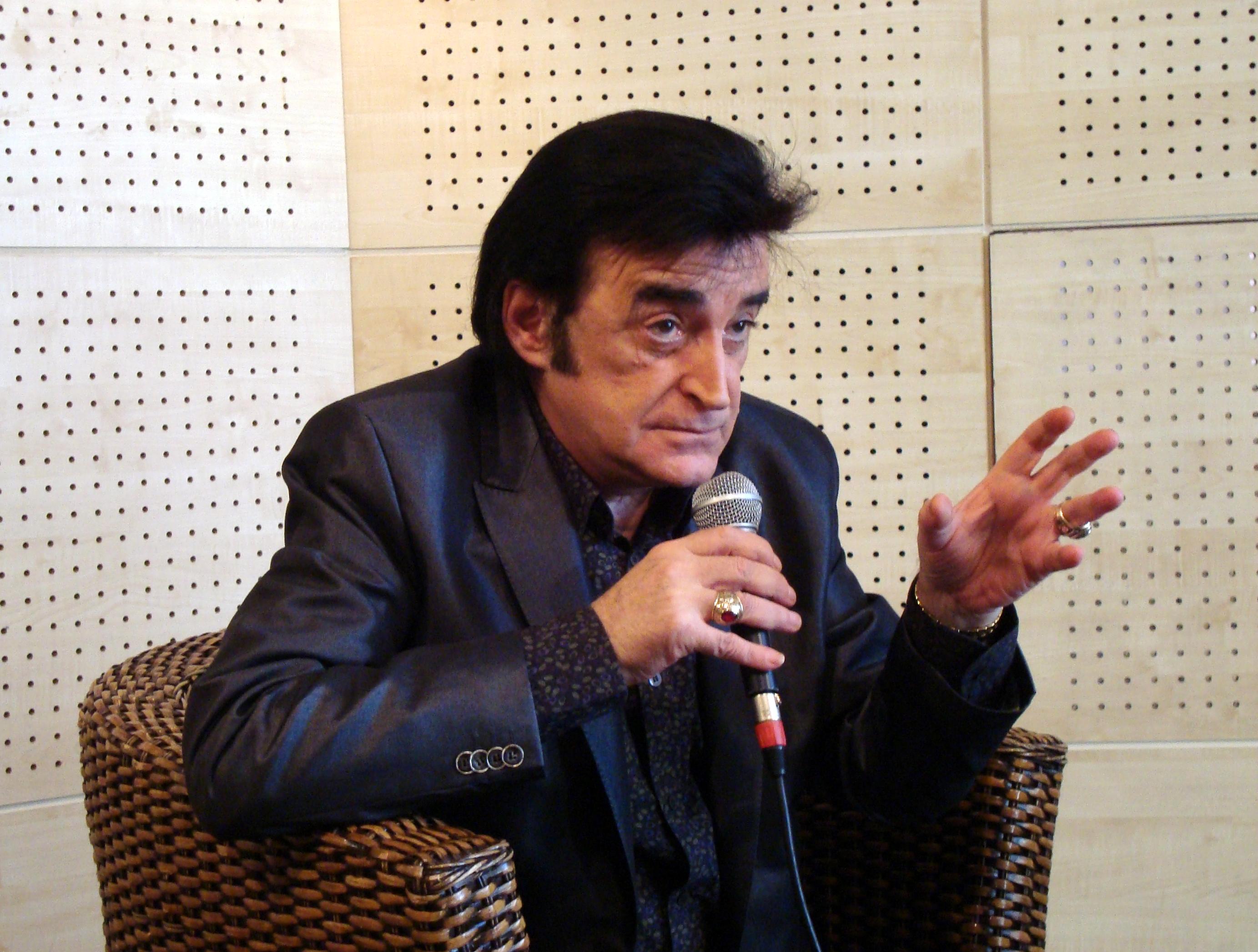 """File:DICK RIVERS interview à la FNAC de Paris pour la sortie de l'album """" l'homme sans âge"""" (sept 2008).jpg - Wikimedia Commons"""