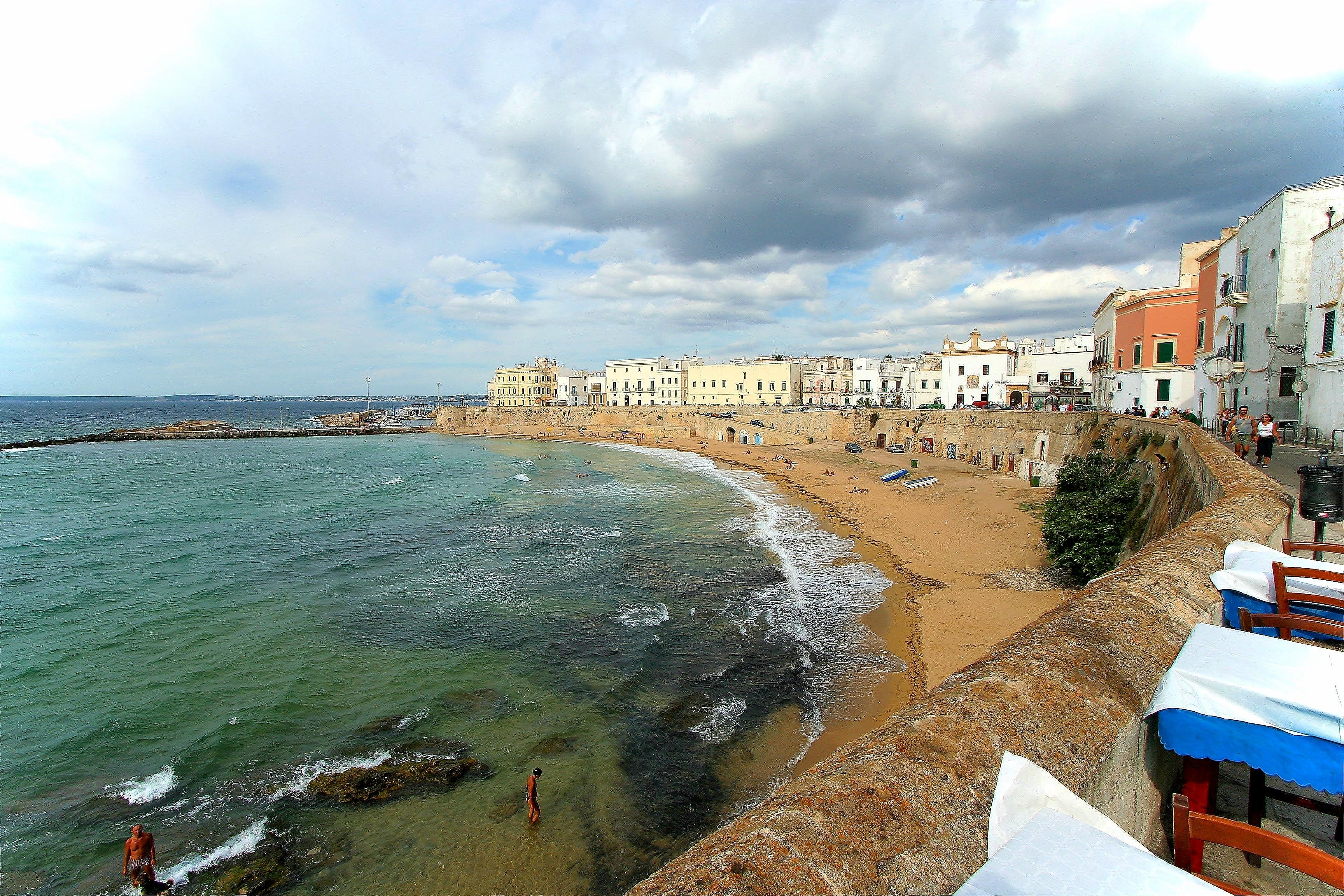http://upload.wikimedia.org/wikipedia/commons/e/e6/Gallipoli_old_city_beach.jpg