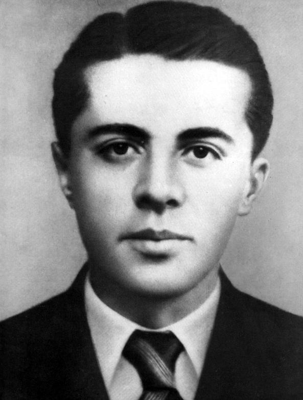 Hoxha in 1941.jpg