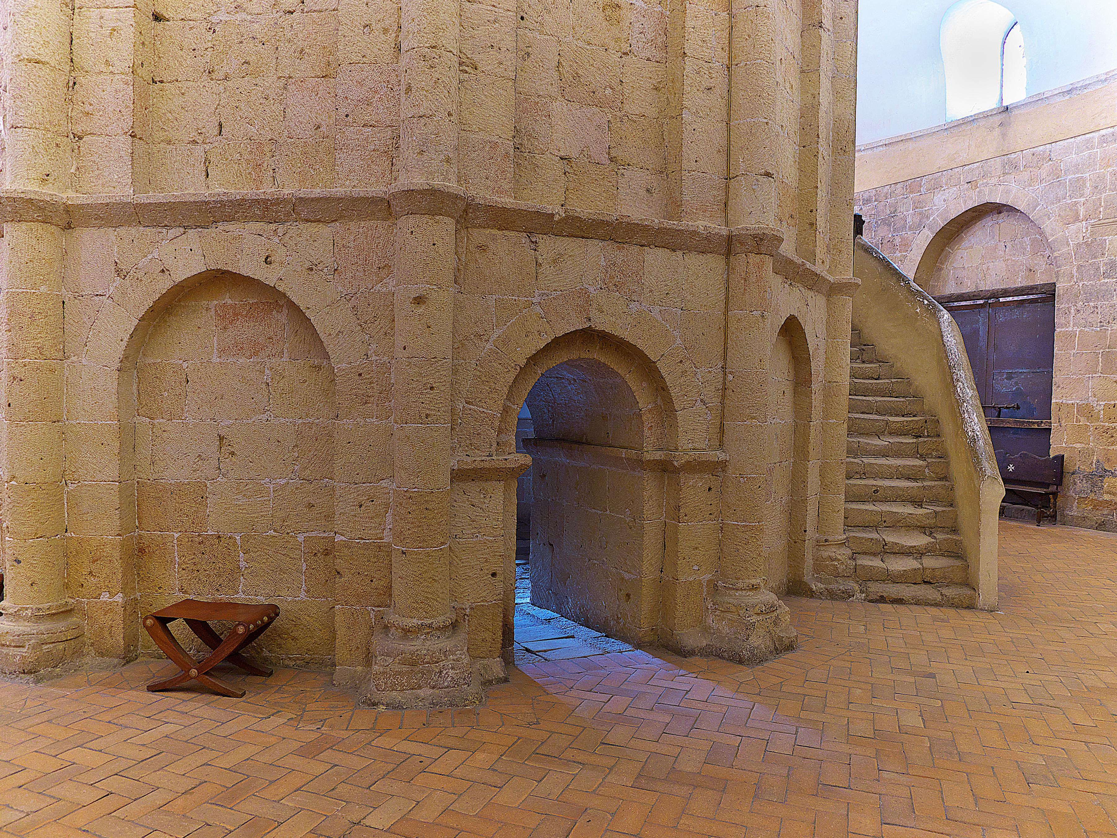 File:Iglesia de la Vera Cruz (Segovia). Edículo.jpg ...