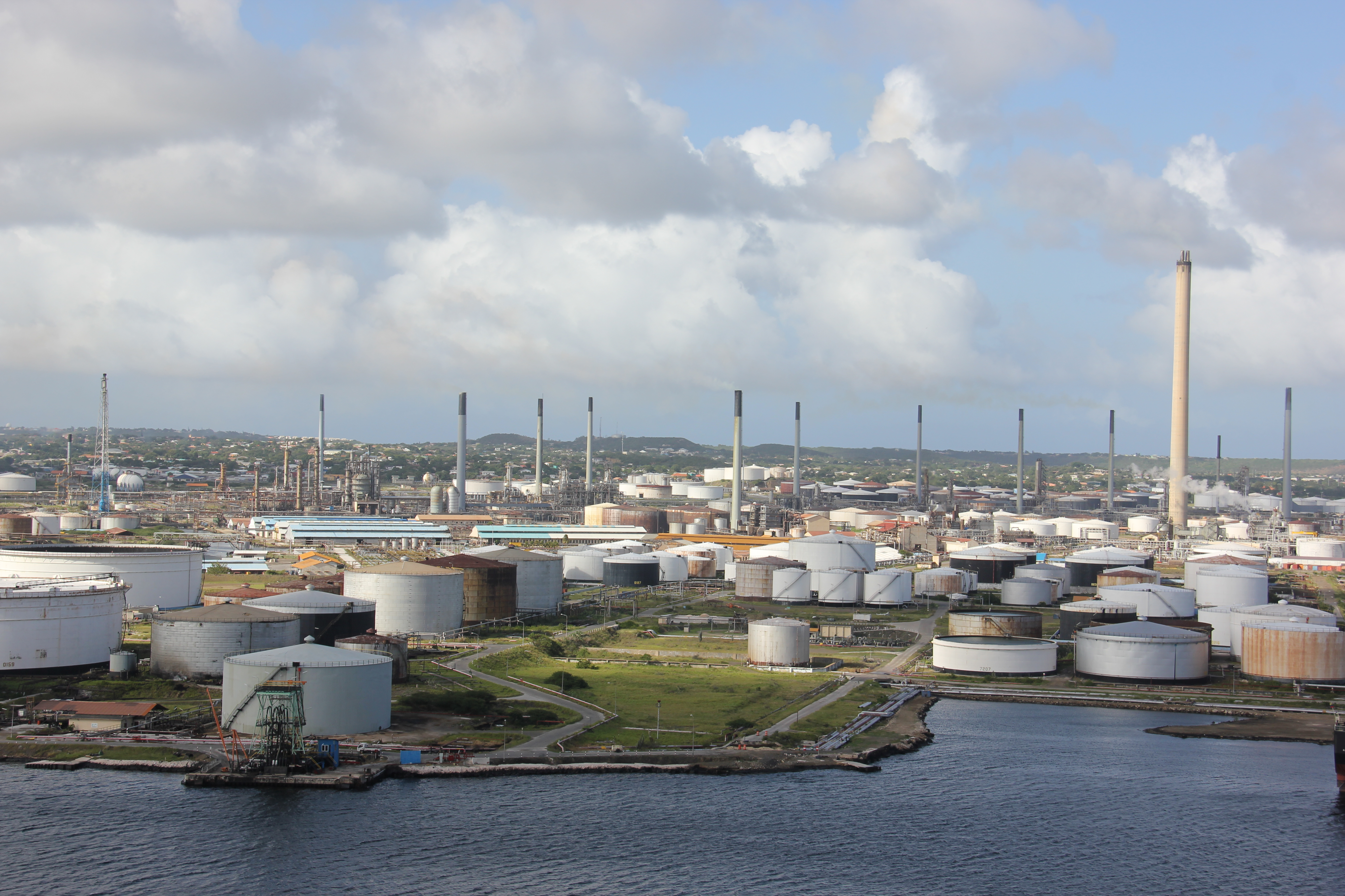 File:Laika ac Isla Oil Refinery (11693347275).jpg - Wikimedia Commons