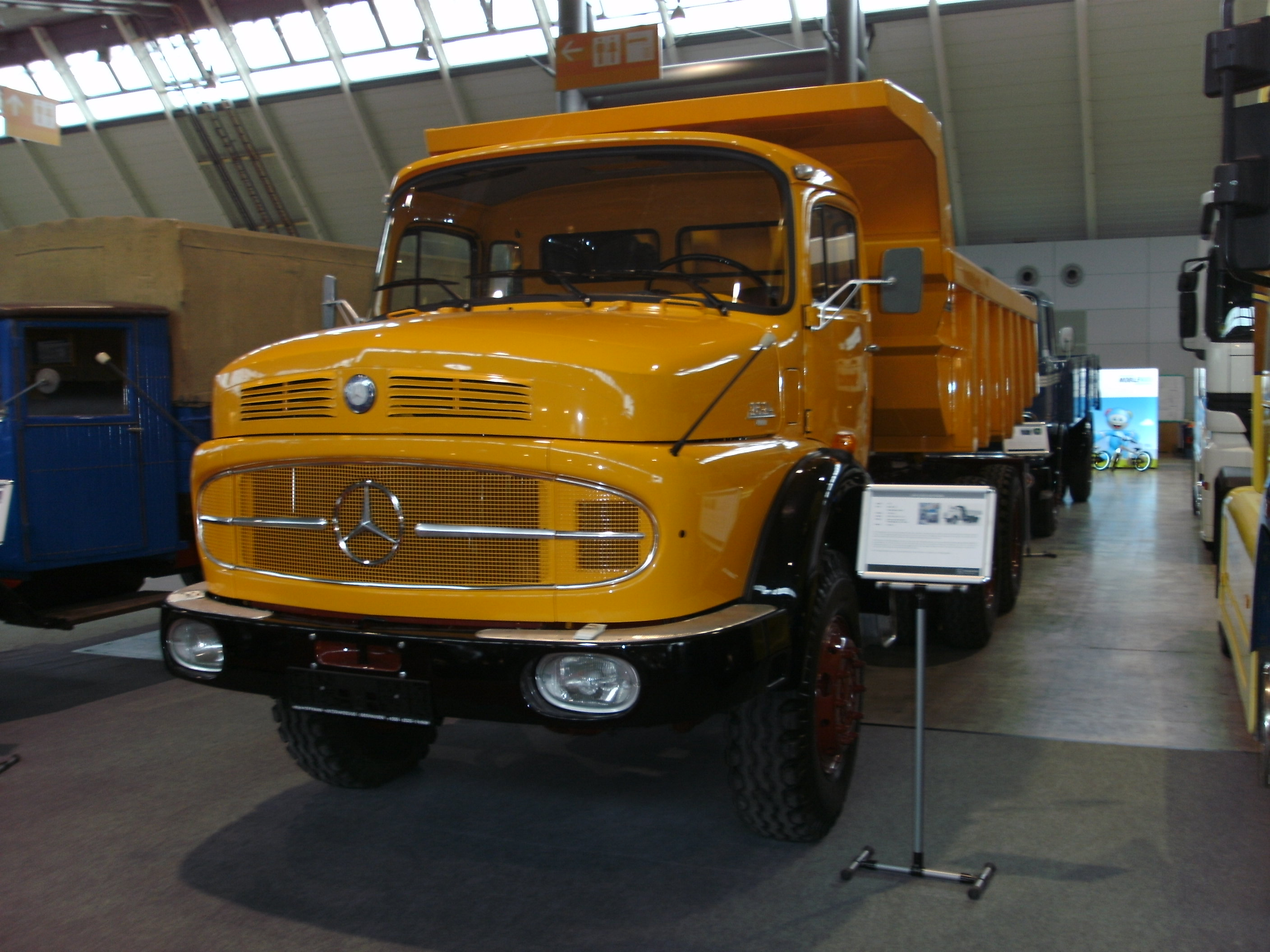 File:Mercedes-Benz LAK 2624 (1974, 240 PS).jpg