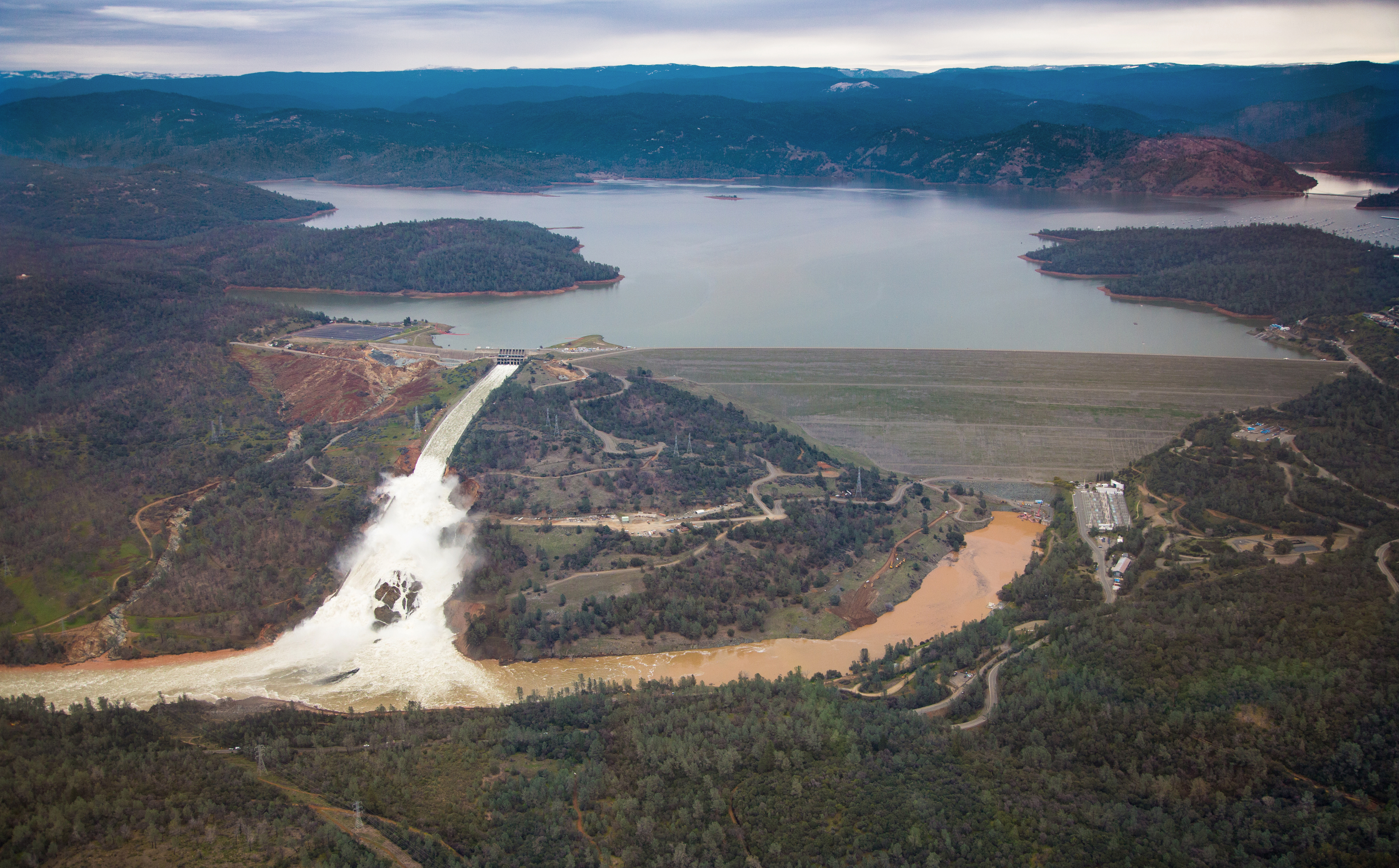 File:Oroville Dam wide view 15 February 2017 jpg - Wikimedia Commons