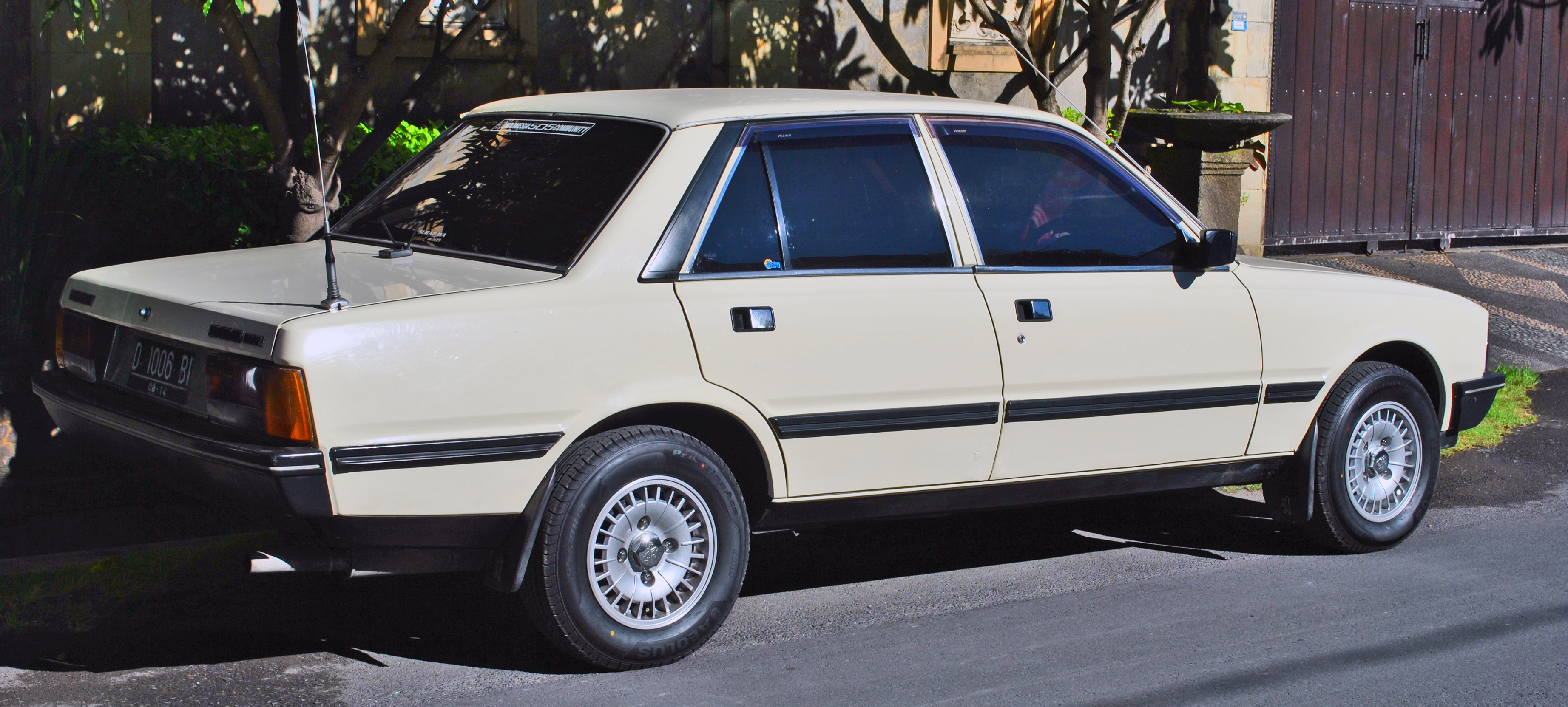 file:peugeot 505 gr rear side, denpasar - wikimedia commons
