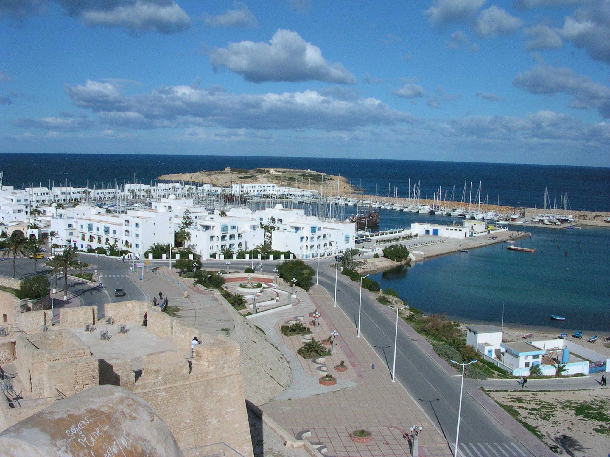 التعريف بتونس كبلد سياحي المعلومات Port_de_plaisance,_Monastir.jpg