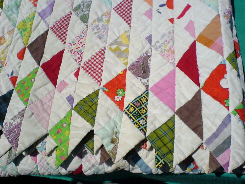 File:Quilt with triangle pattern.jpg - Wikimedia Commons : triangle pattern quilt - Adamdwight.com