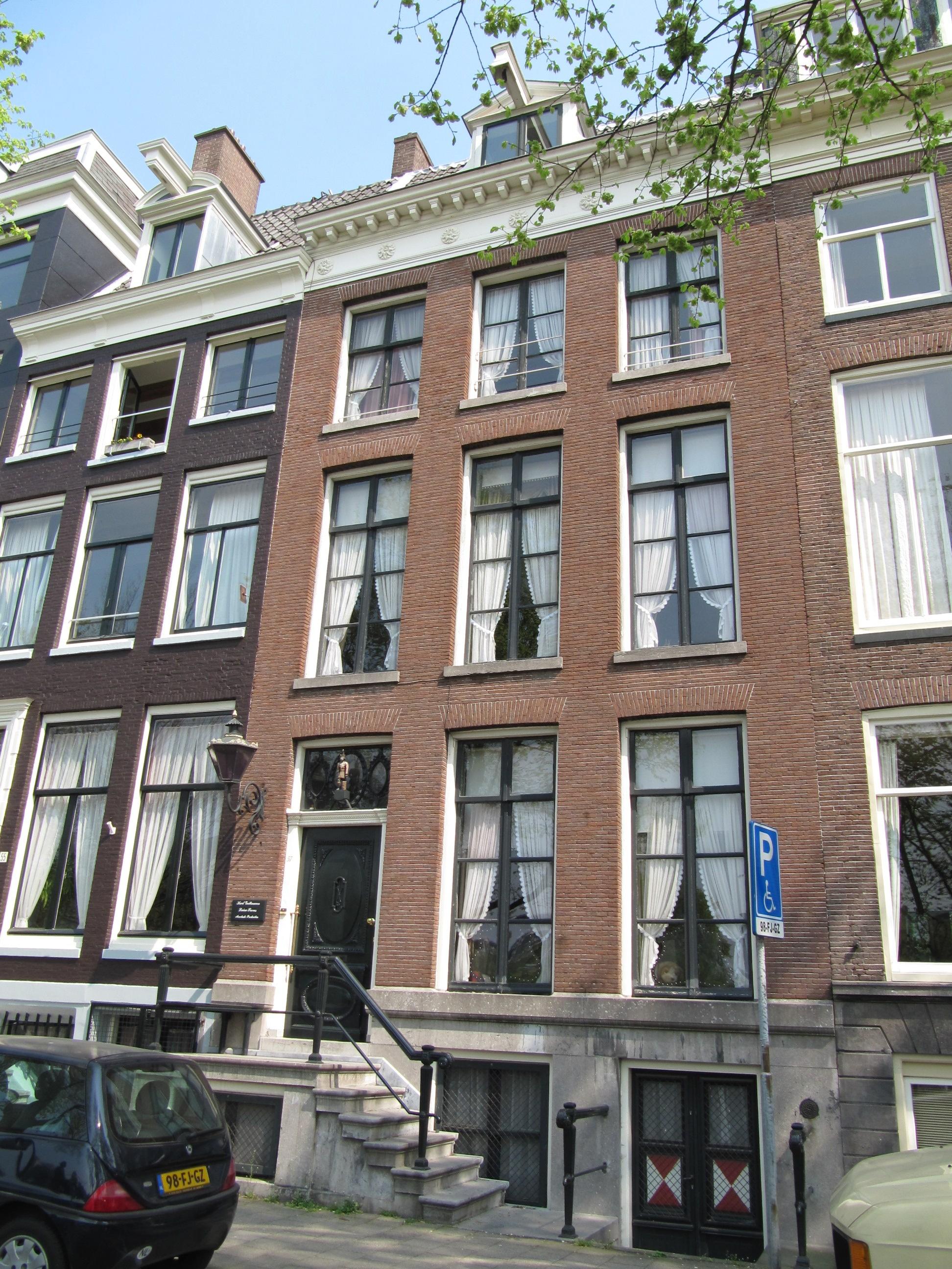 Huis onderdeel van oud huizenblok met doorlopend dwars dak in amsterdam monument - Huis verlenging oud huis ...