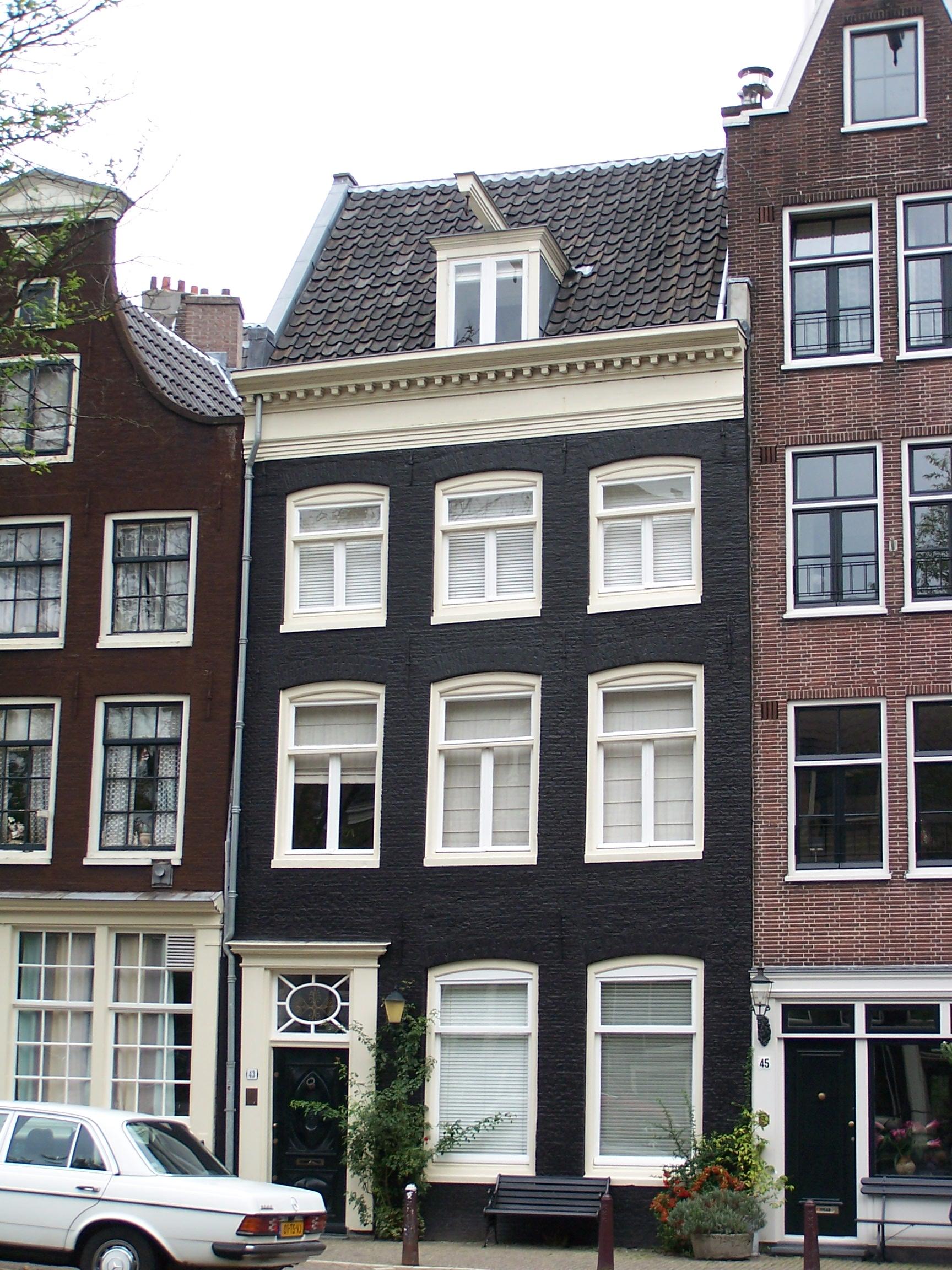 Huis onder dwarsdak met rechte lijst in amsterdam for Lijst inrichting huis