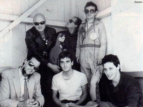Sumo en 1985. Arriba: Luca Prodan, Alberto Troglio y Germán Daffunchio. Abajo: Roberto Pettinato, Diego Arnedo y Ricardo Mollo.