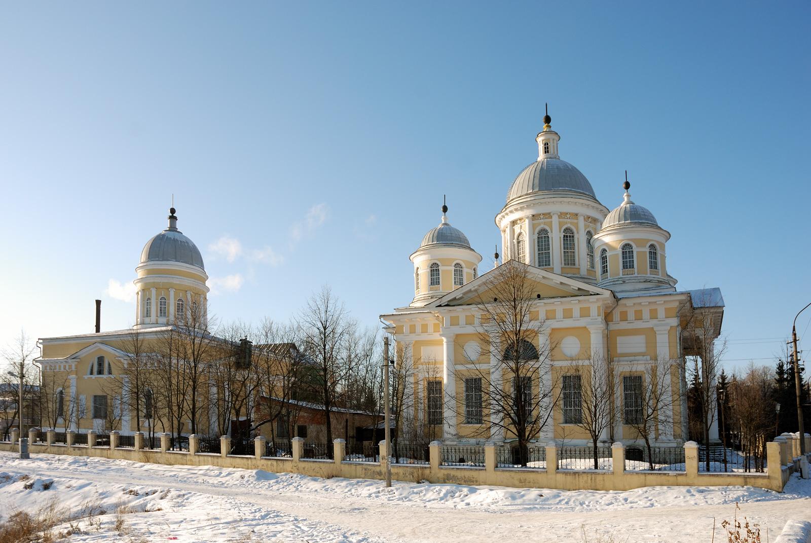 Церковь Входа Господня в Иерусалим (слева) и Спасо-Преображенский собор