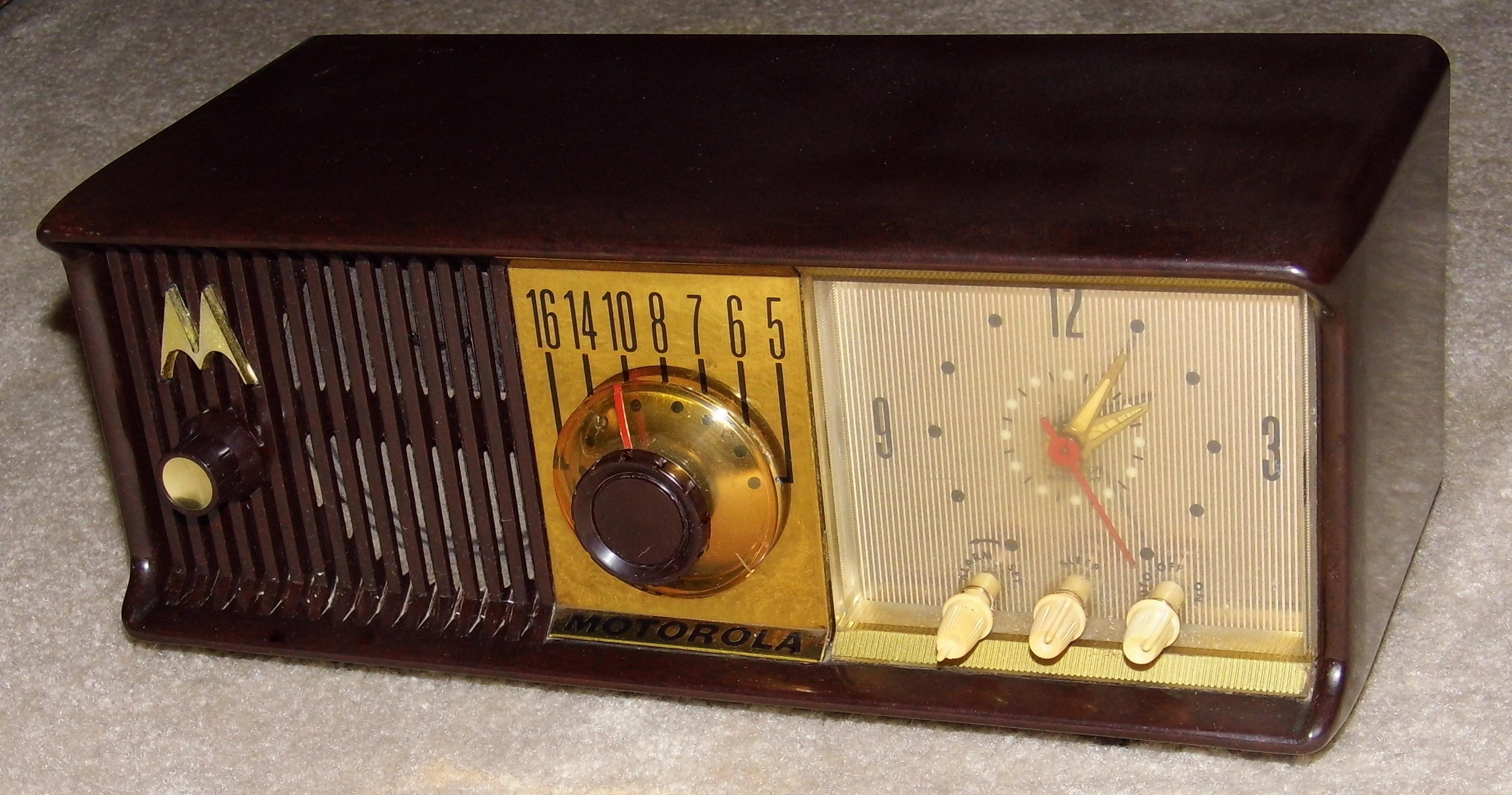 File:Vintage Motorola Table Clock Radio, Model 56CD, 5 ...