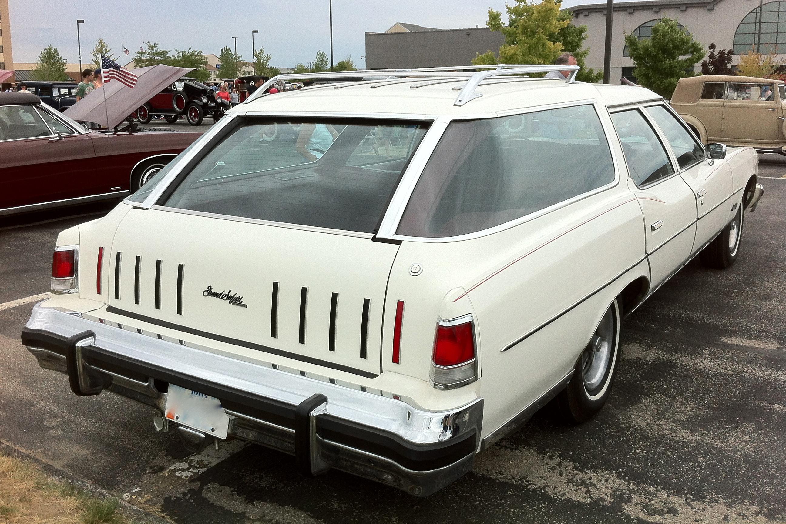 File:1975 Pontiac Grand Safari station wagon AACA Iowa-r ...