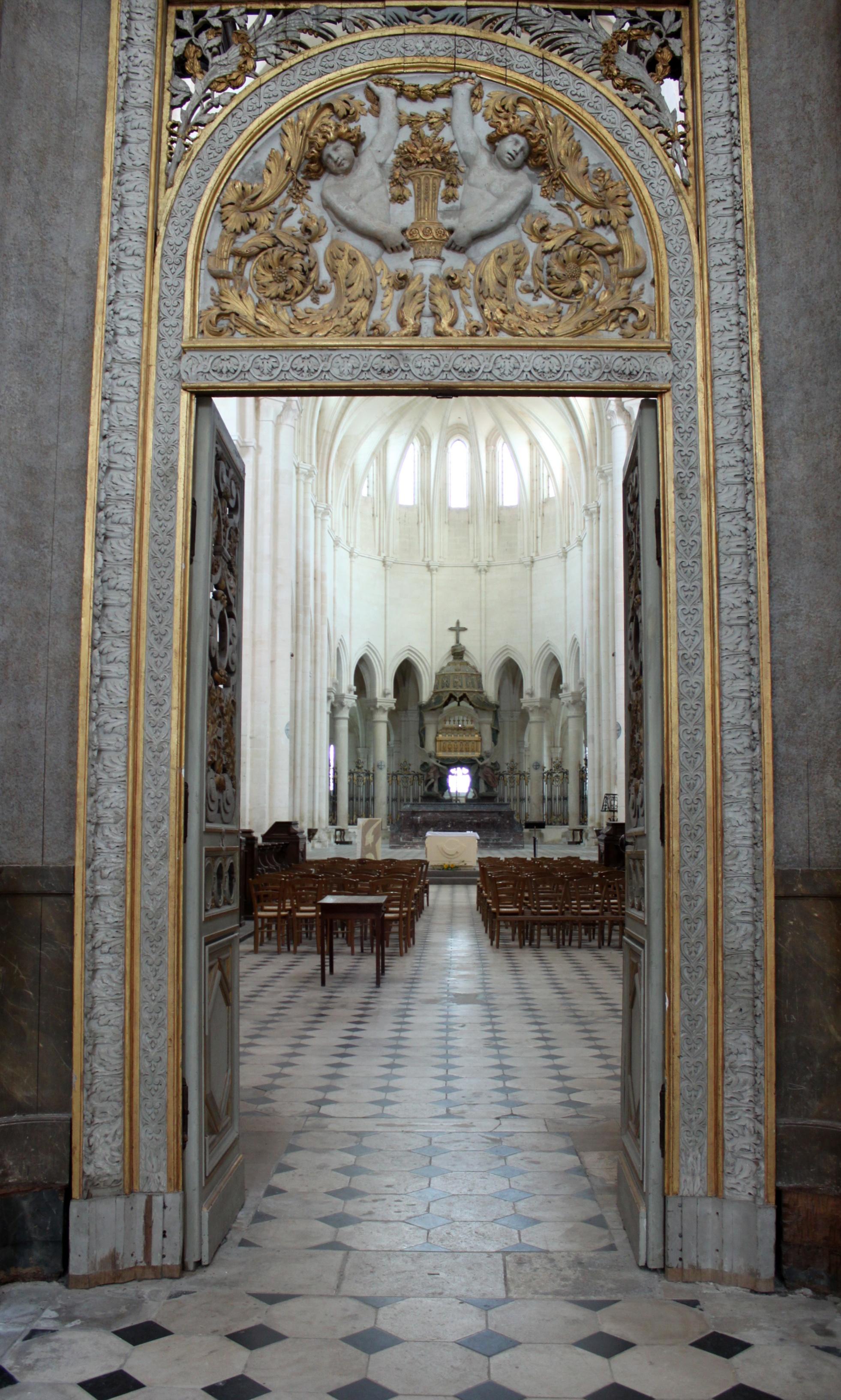 Bon Mardi Abbaye_de_Pontigny_-_Abbatiale_-_Interieur_10