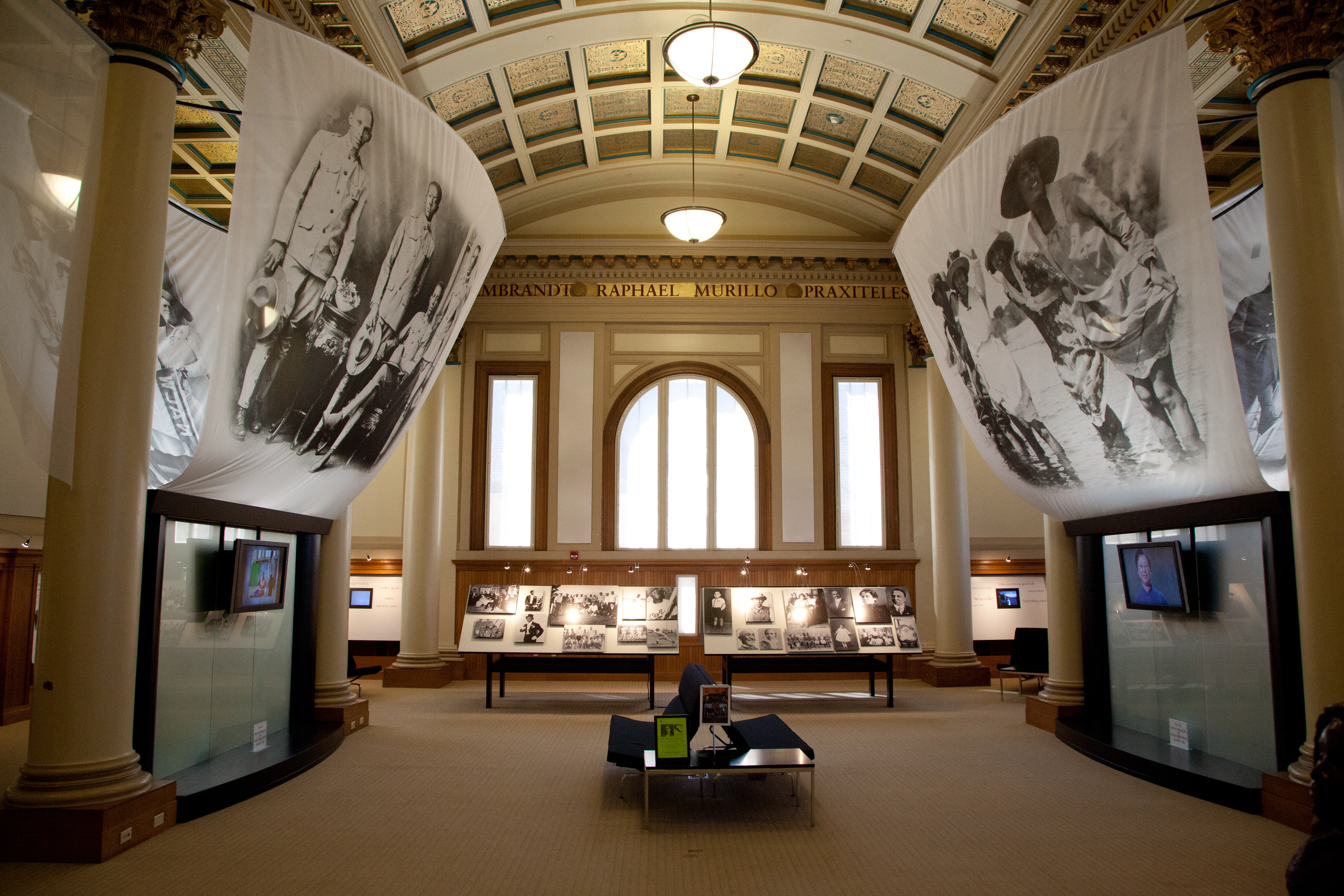https://upload.wikimedia.org/wikipedia/commons/e/e7/African_American_Museum_Oakland_Library-35.jpg