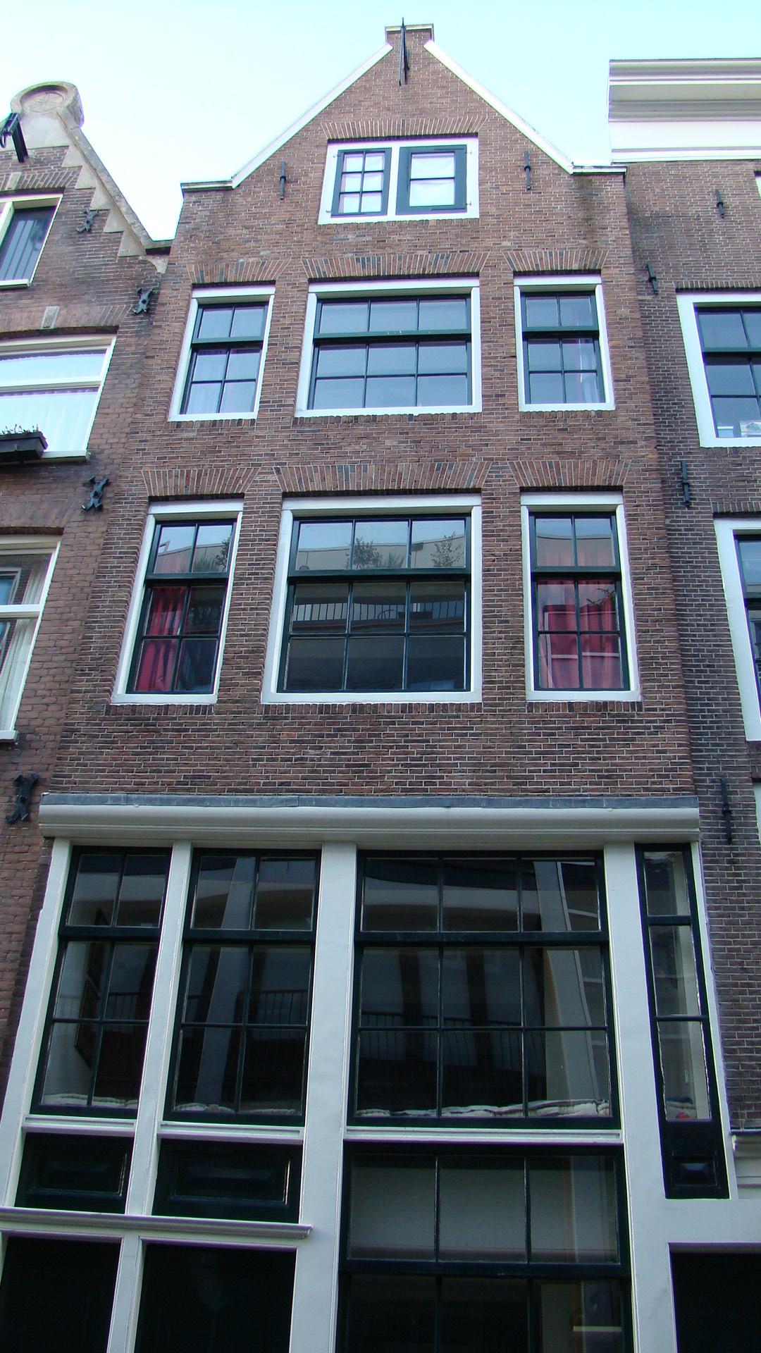 Huis met gevel op karakteristieke hoge houten pui en latere punttop in amsterdam monument - Huis gevel ...