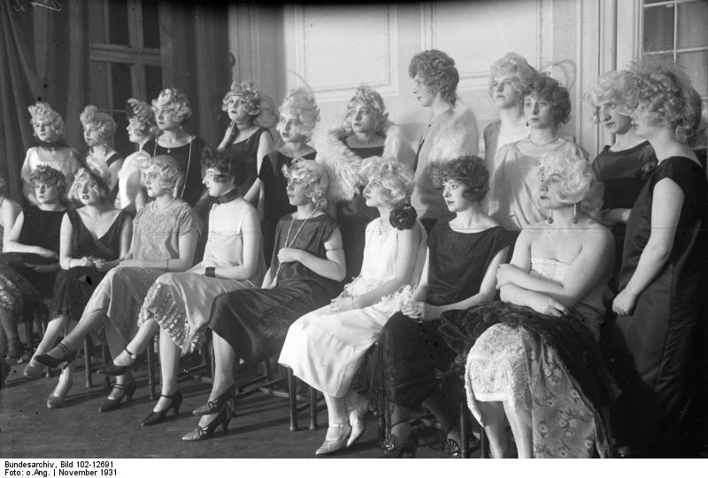 File:Bundesarchiv Bild 102-12691, Berlin, Friseur-Wettbewerb.jpg - Wikimedia Commons