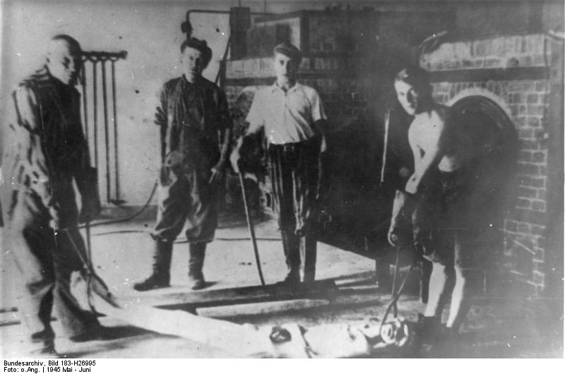 Bundesarchiv Bild 183-H26995, KZ Dachau, Leiche vor Verbrennungsofen