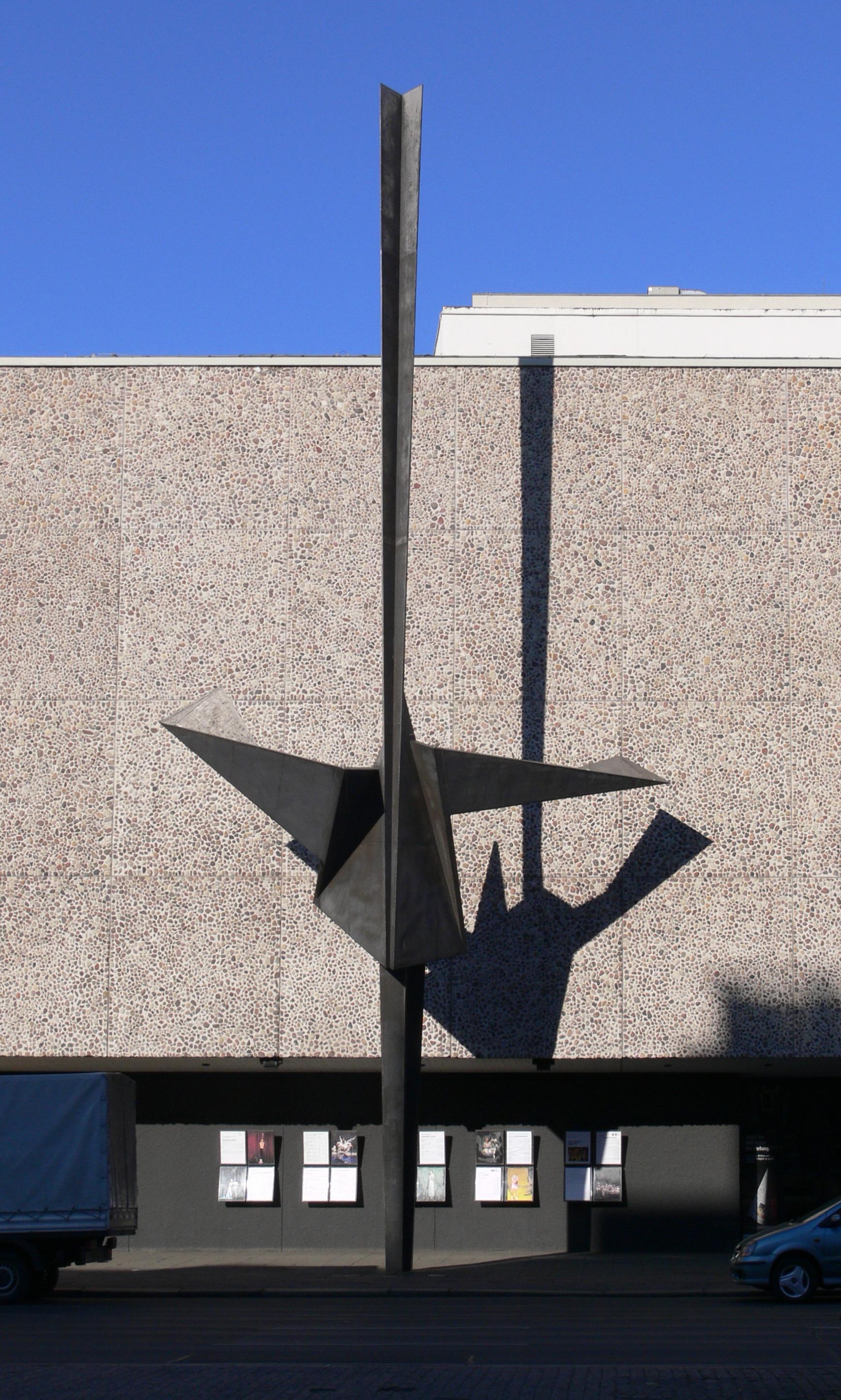 Deutsche Oper Berlin, Ausschnitt mit Skulptur - Quelle: WikiCommons