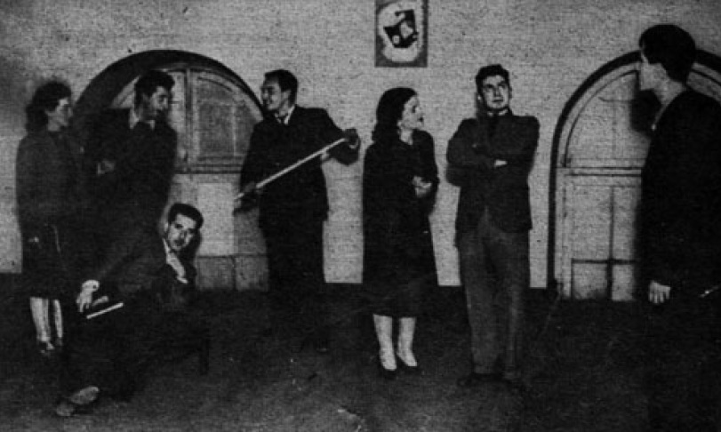 Archivo:Estudiantes de Teatro Experimental junto a Pedro de la ...