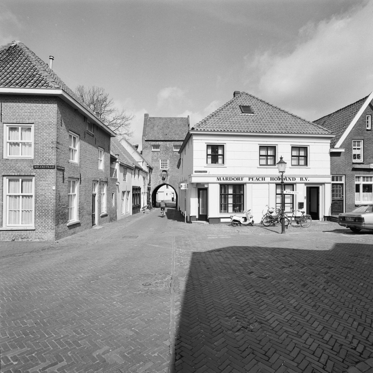 Huis onder hoog schilddak op l vormige plattegrond op de hoek van de straat met - Foto huis in l ...