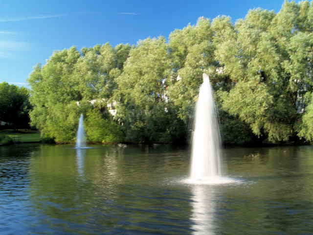 Description Fountains in man made lake.  geograph.org.uk  499295.jpg