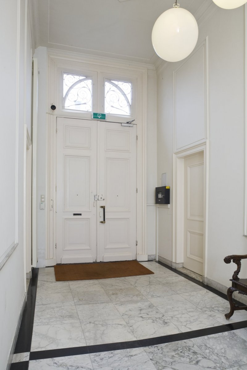 File interieur hal richting voordeur met marmeren vloer for Kantoor interieur