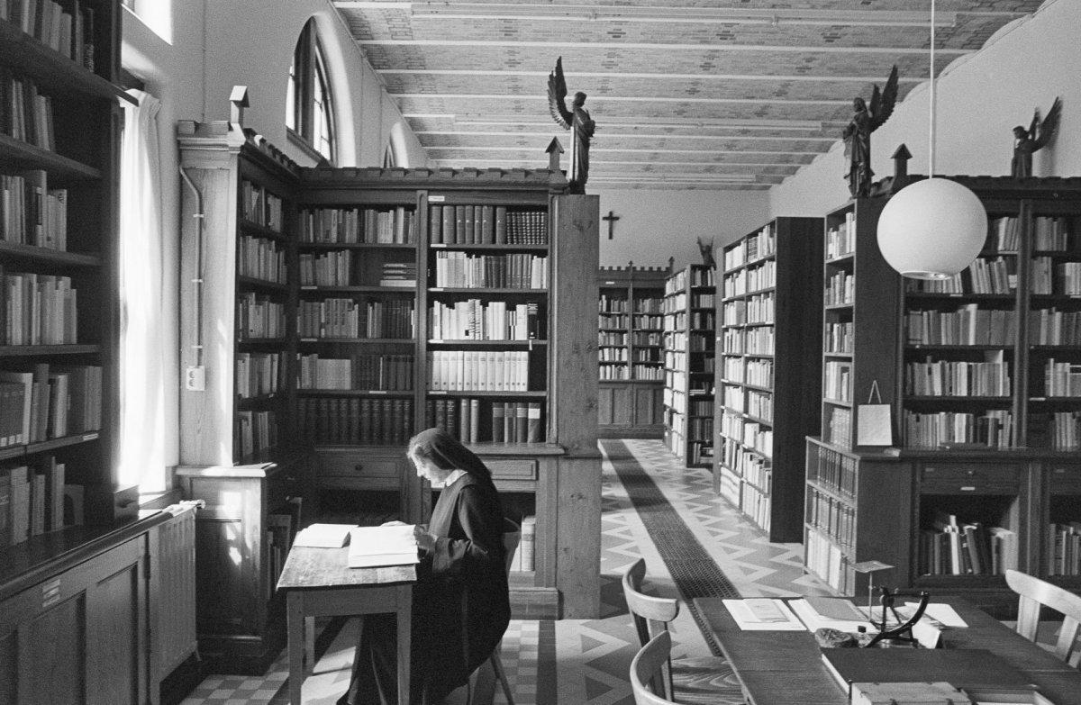 File interieur lezende zuster in de bibliotheek van het - Makers van het interieur ...