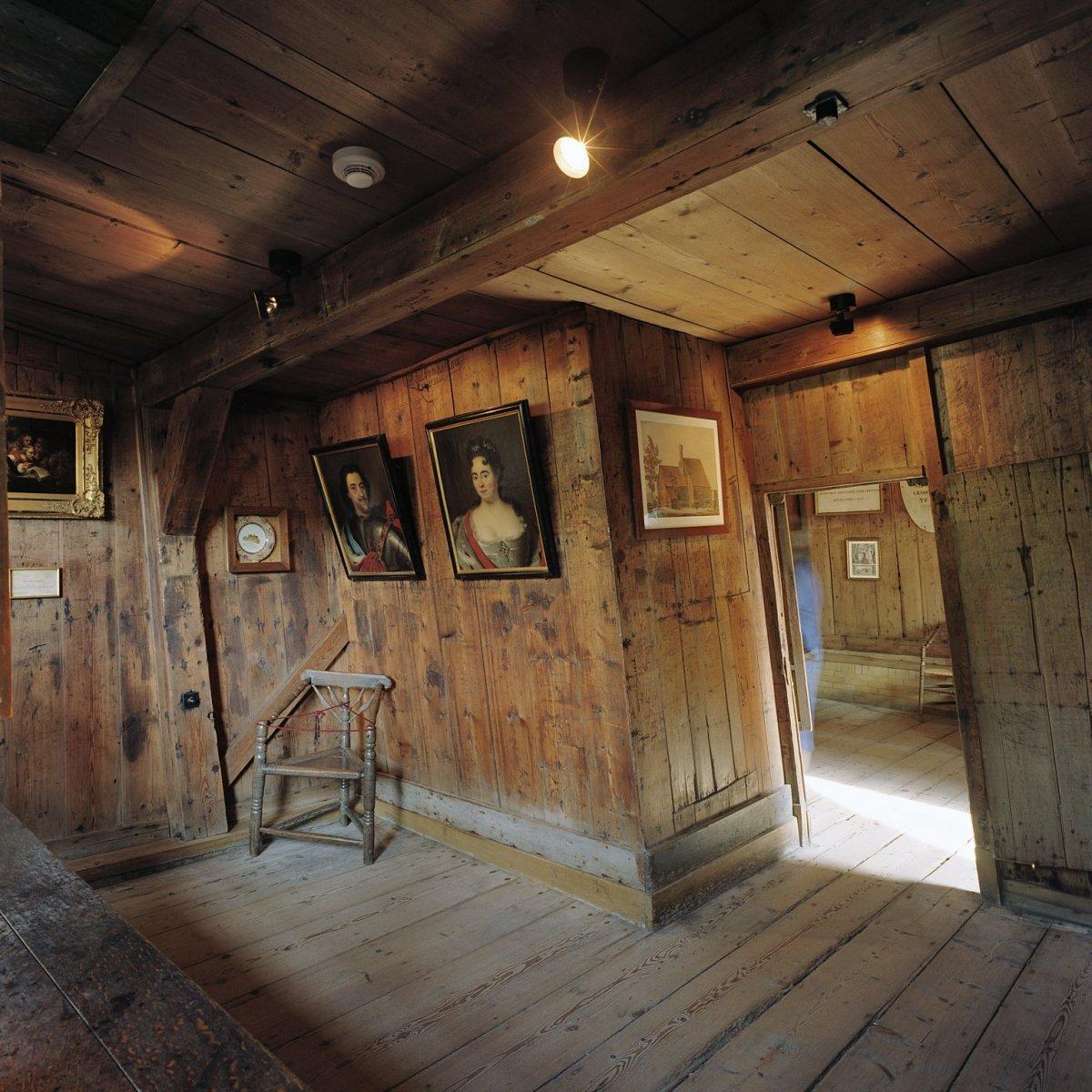File interieur overzicht van het interieur van de achterkamer in het interieur van het houten - Huis exterieur ...