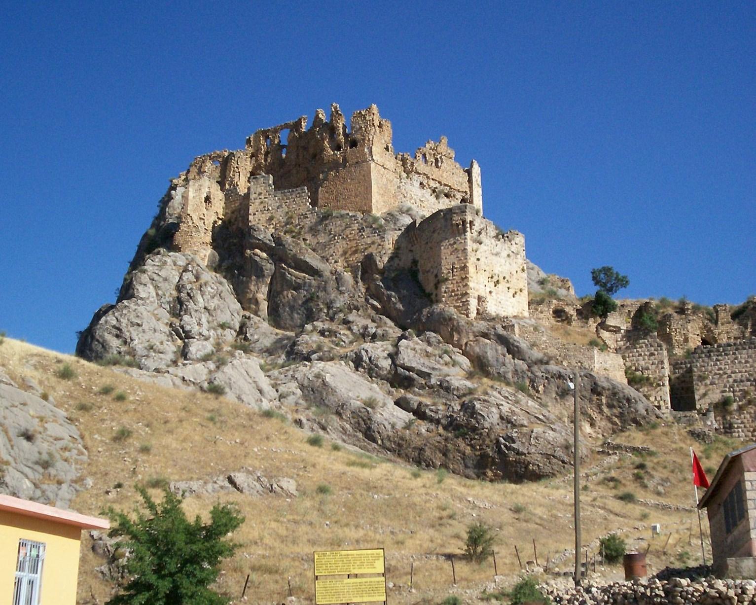 File:Kahta-castle.jpg - Wikimedia Commons