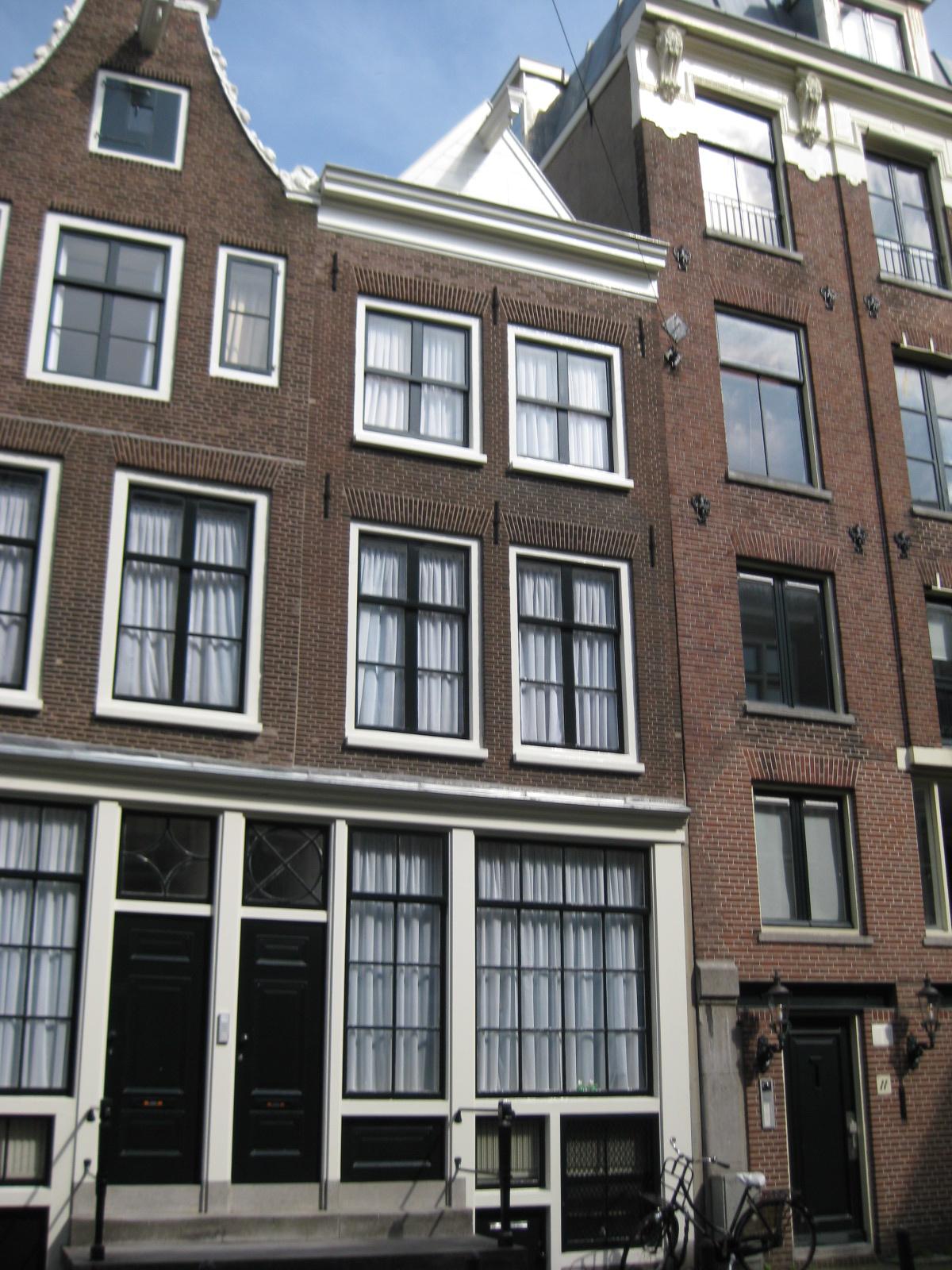 Huis met gevel onder rechte lijst en dakvoorschot in amsterdam monument - Huis gevel ...