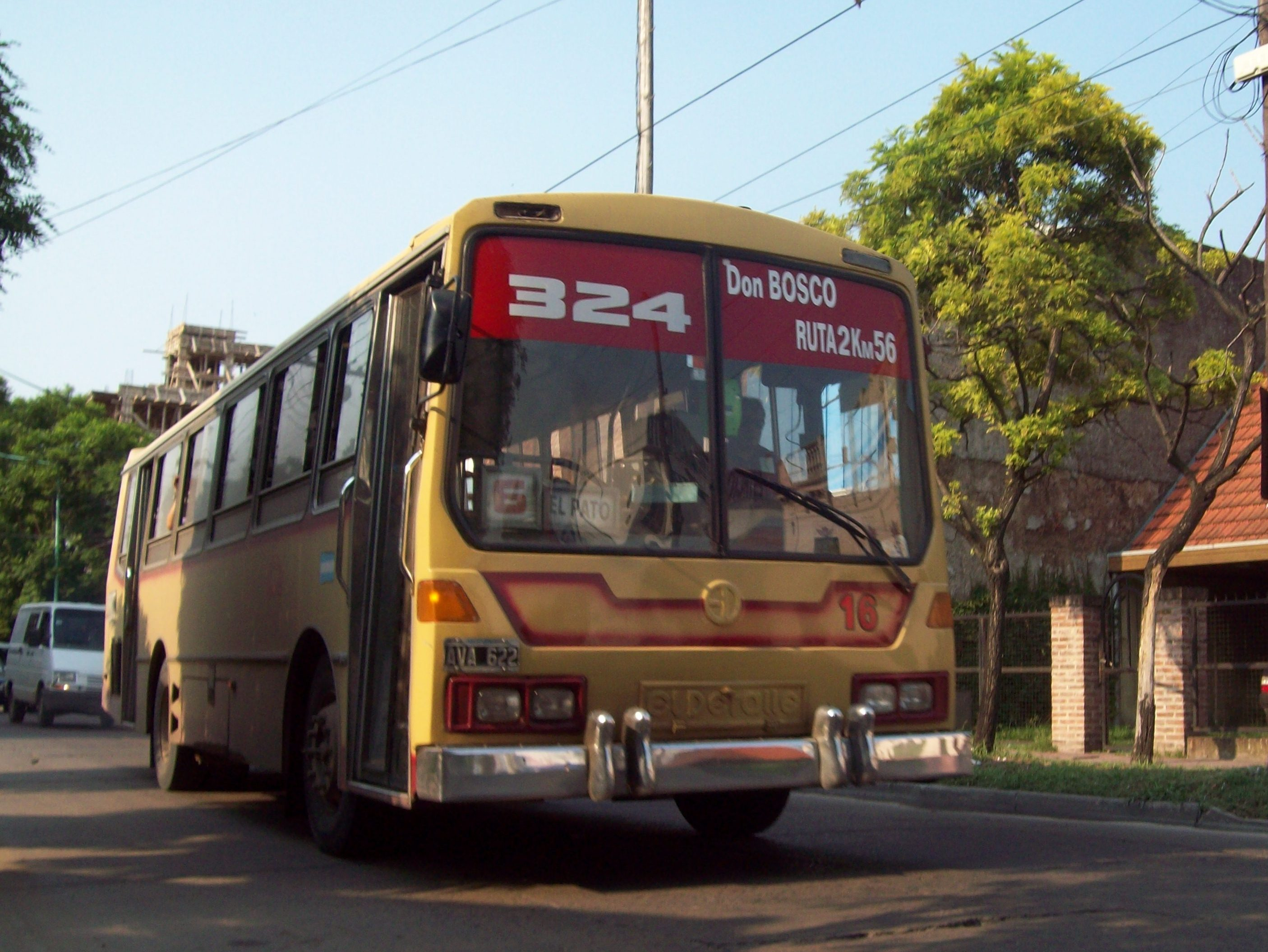 File:Línea 324 en Florencio Varela.JPG