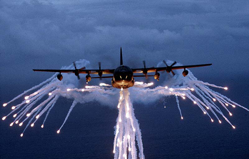 upload.wikimedia.org/wikipedia/commons/e/e7/Lockheed_MC-130_USAF_flares.jpg