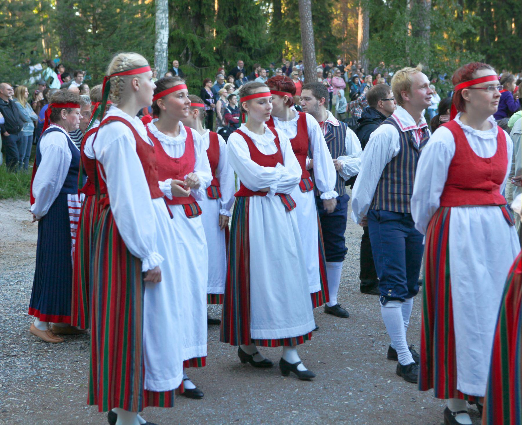 suomalaisia kansallispukuja