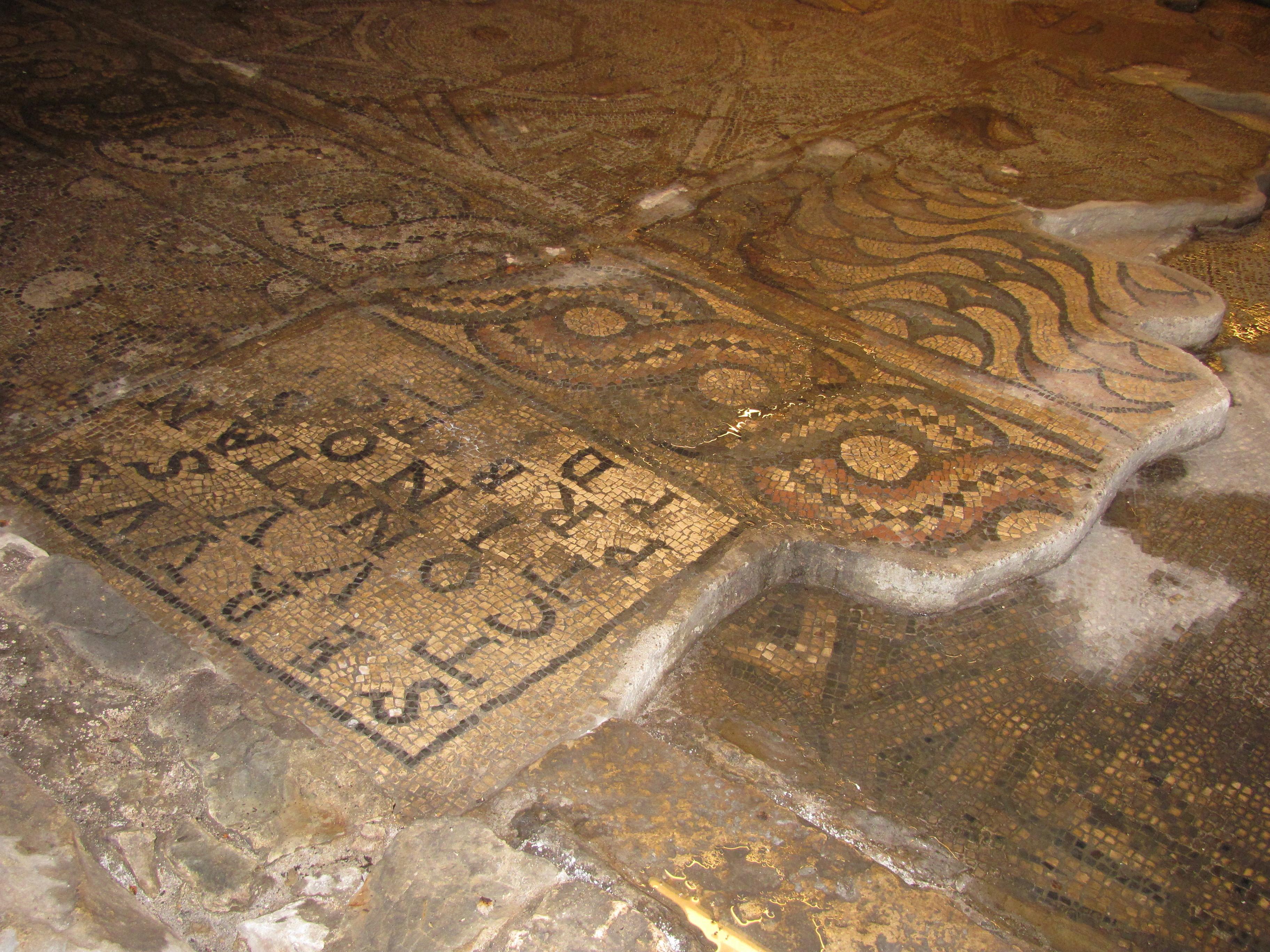 File:Particolare del pavimento a mosaico con iscrizione in lingua latina.jpg - Wikimedia Commons