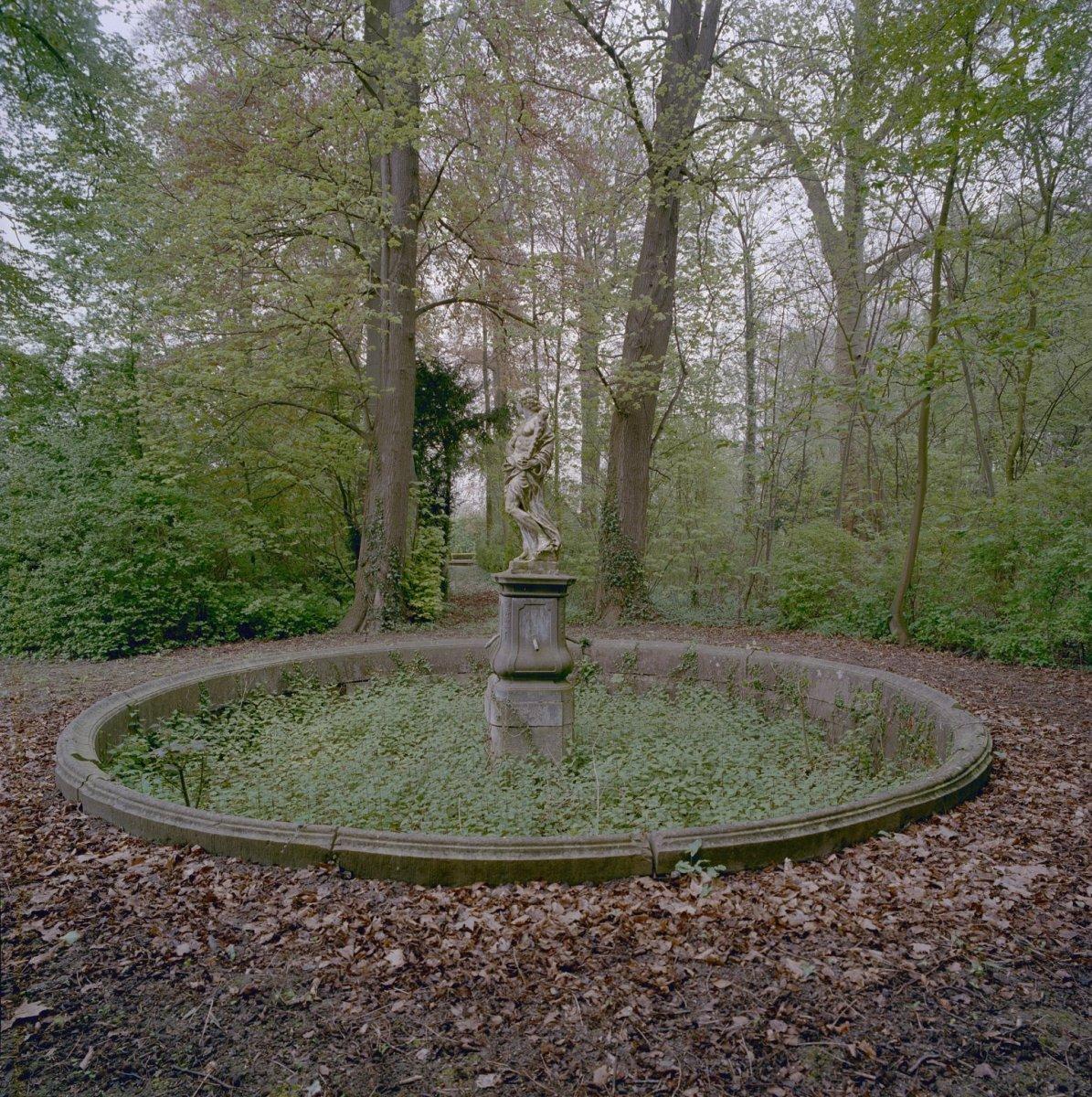 Bestand ronde vijver in de tuin met beeld in het for Vijver in tuin