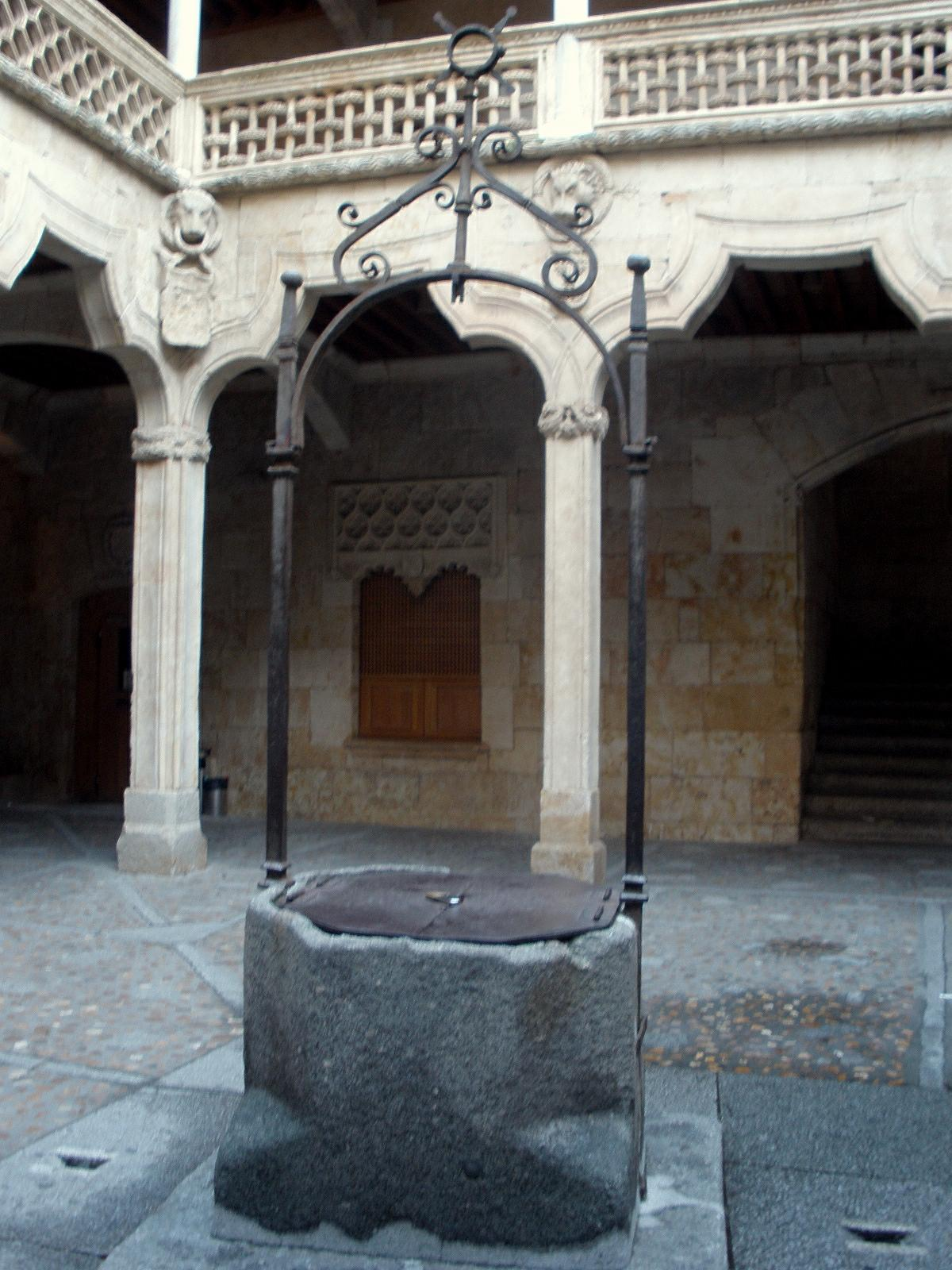 Description Salamanca - Casa de las Conchas 12.jpg