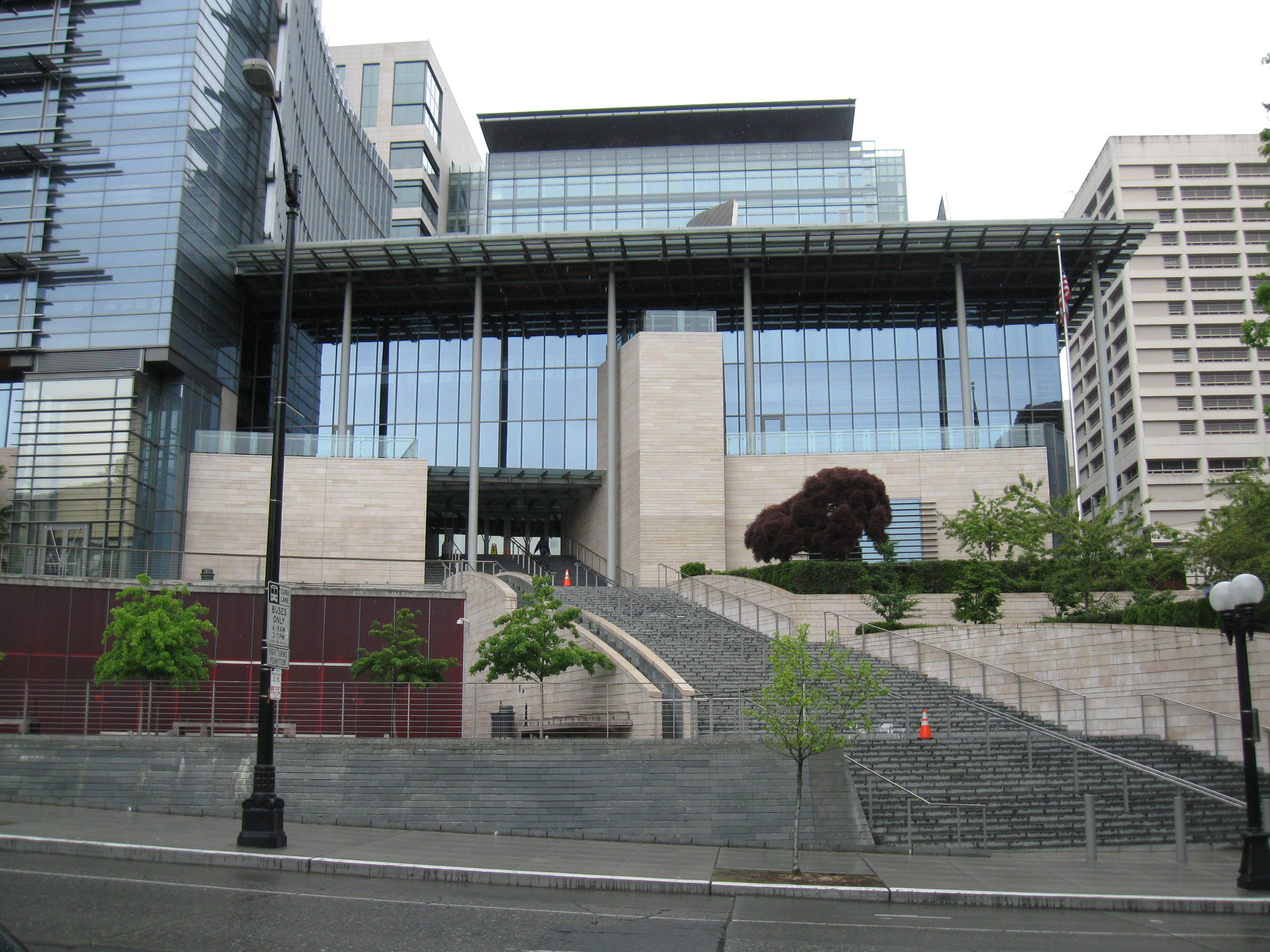 https://upload.wikimedia.org/wikipedia/commons/e/e7/Seattle_City_Hall_001.jpg