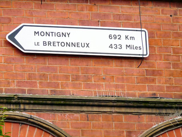sign to montigny le bretonneux denton is twinned with. Black Bedroom Furniture Sets. Home Design Ideas
