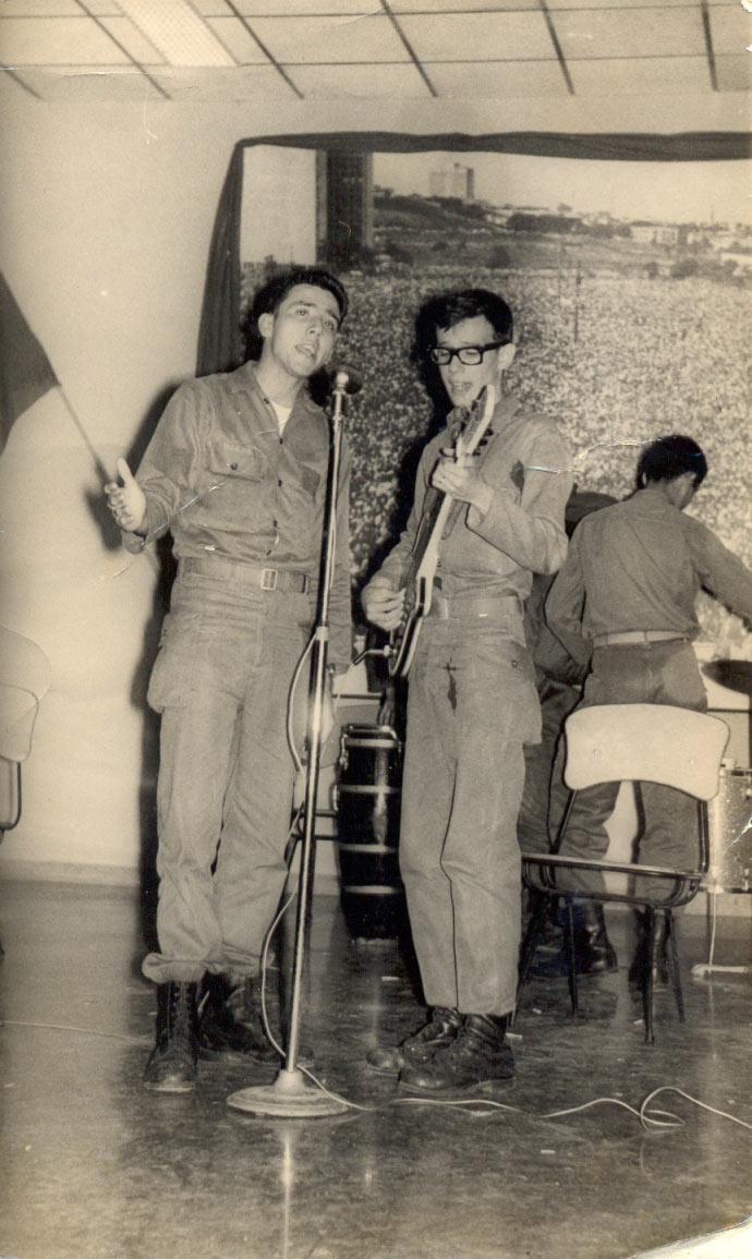 Silvio (derecha) en 1965, entreteniendo a las tropas durante el servicio militar.