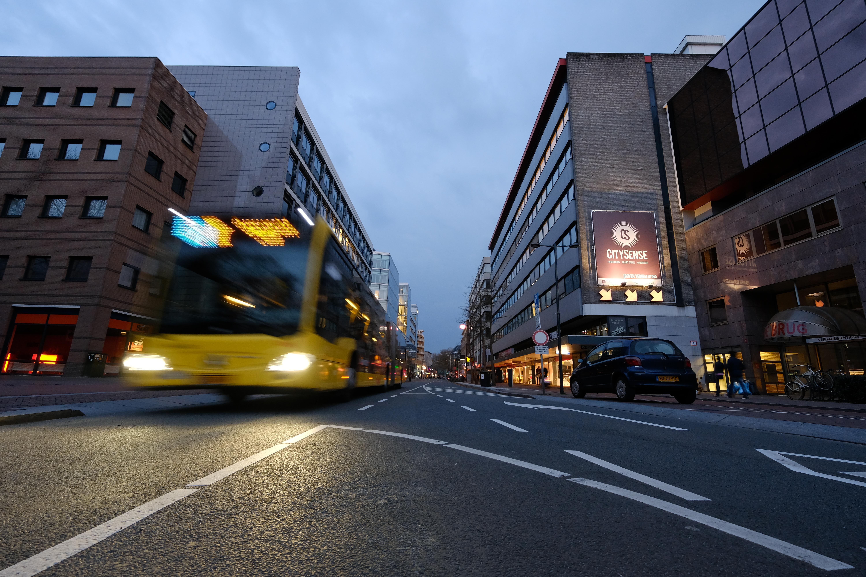 File:Stadbus rijdt op de St. Jacobsstraat in Utrecht (34121126172).jpg