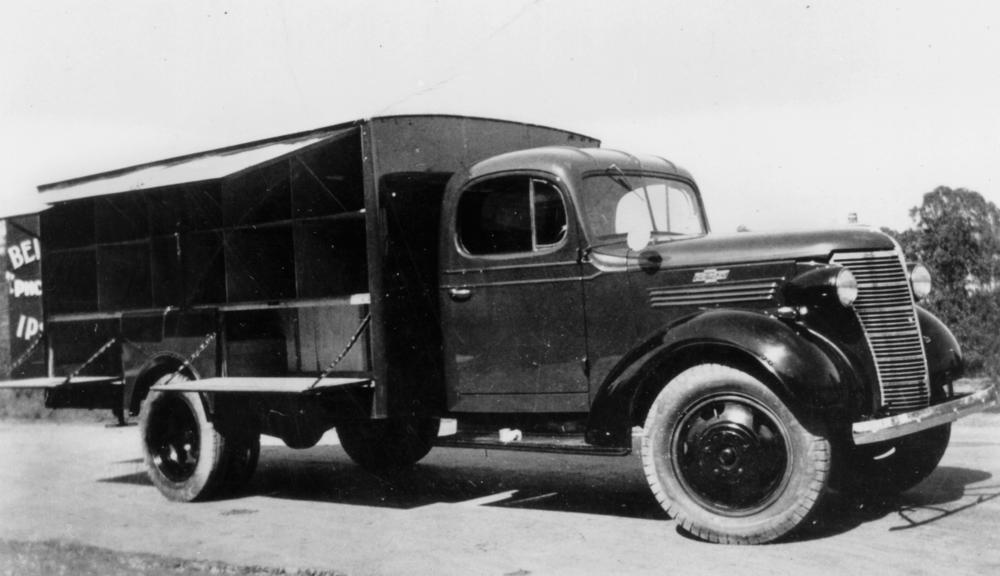 ... 49556 Commercial Chevrolet truck with cusomised body, ca. 1938.jpg