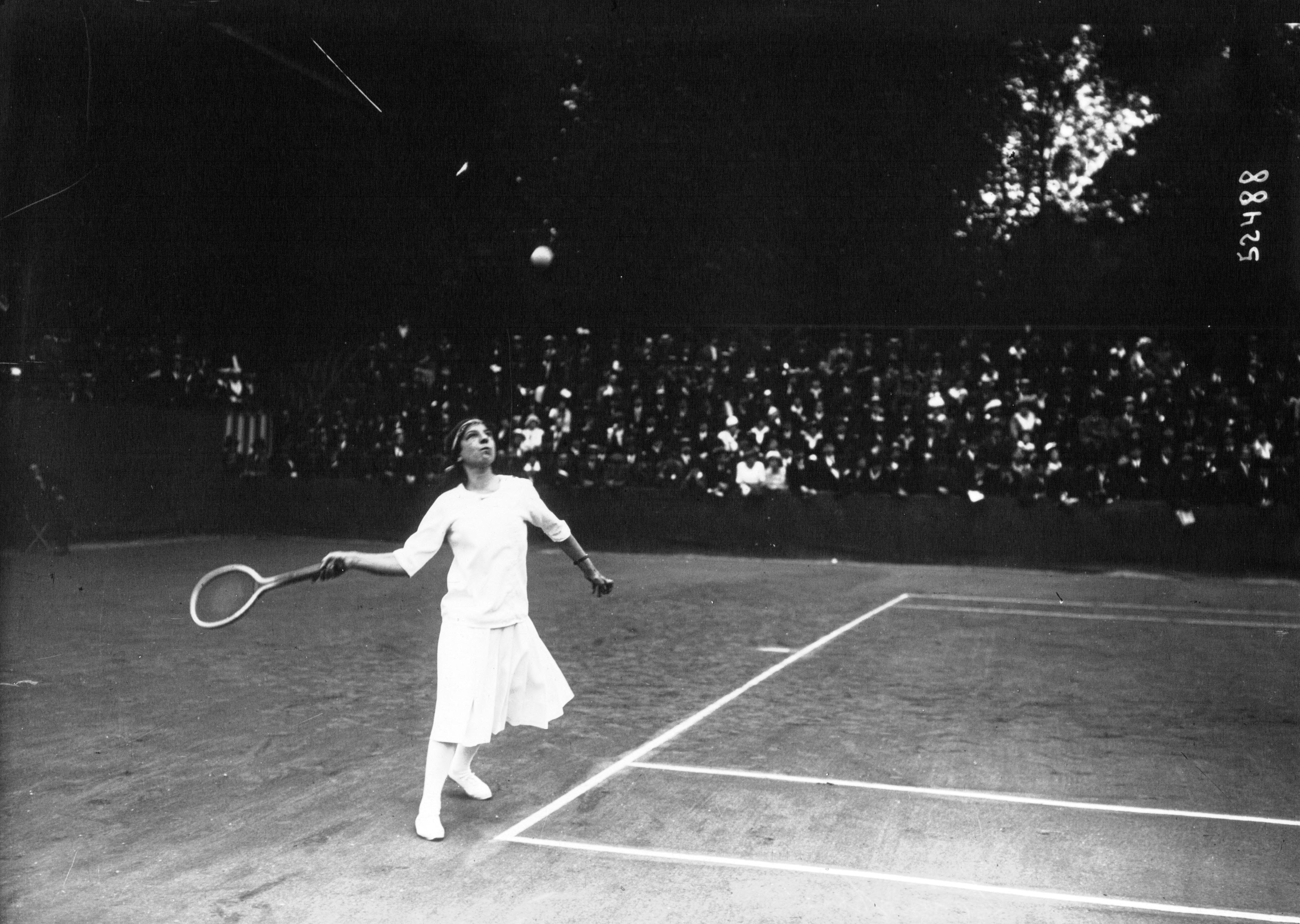 File Suzanne Lenglen playing baseline 1914 Wikimedia mons