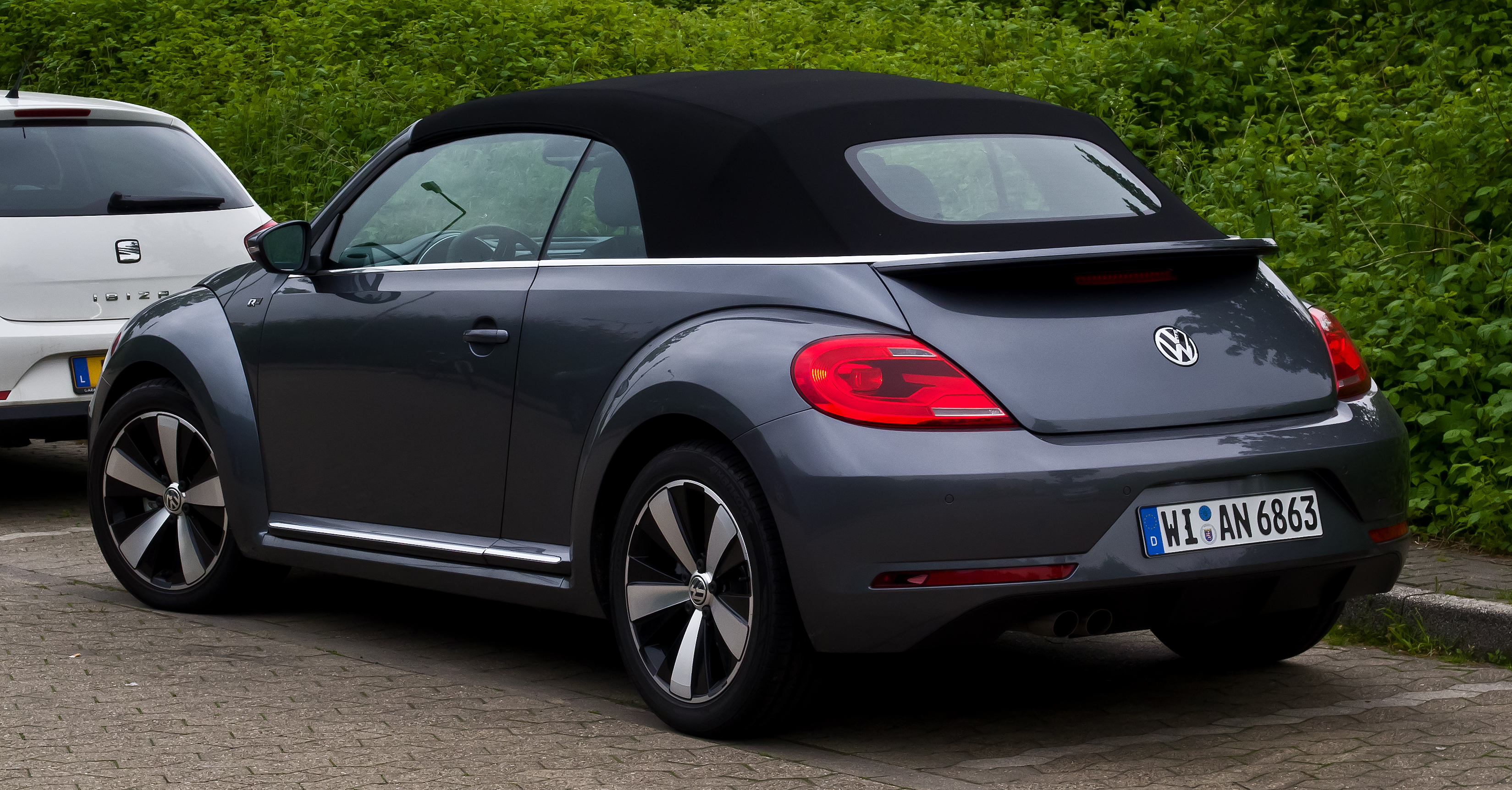 datei vw beetle cabriolet 1 4 tsi sport r line ii heckansicht 1 juni 2013. Black Bedroom Furniture Sets. Home Design Ideas