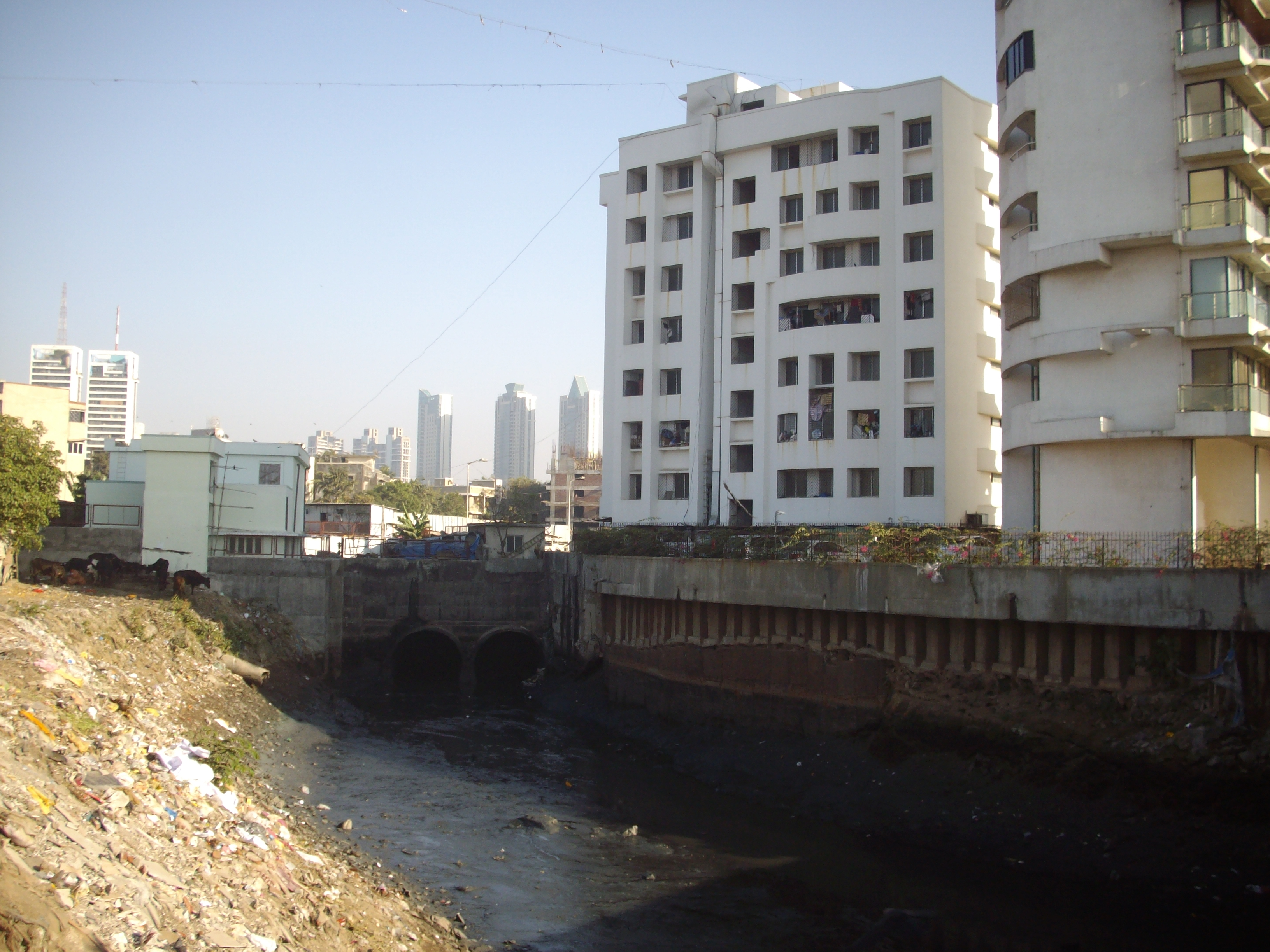 File Worli Gutter Of Mumbai City Jpg Wikimedia Commons