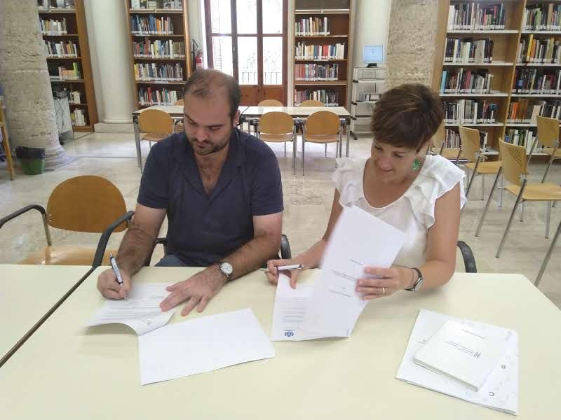 Amparo Pons (presidenta del COBDCV) i Francesc Fort (membre de la junta d'Amical Wikimedia) en plena signatura del conveni.