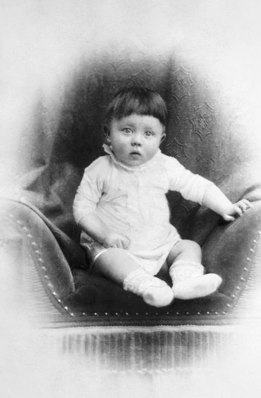 Adolf Hitler als Kleinkind (um 1890)