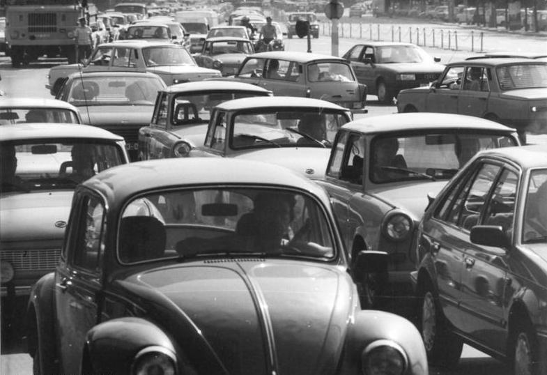 Bundesarchiv Bild 183-1990-0805-300, Berlin, Karl-Liebknecht-Straße, Stau