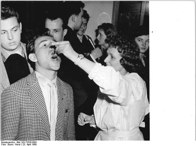 File:Bundesarchiv Bild 183-72526-0001, Berlin, HU, Schutzimpfung gegen Kinderlähmung.jpg