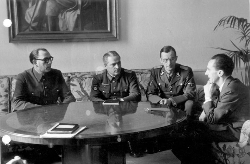 Генералы Власов и Шиленков на встрече у Геббельса, февраль 1945.