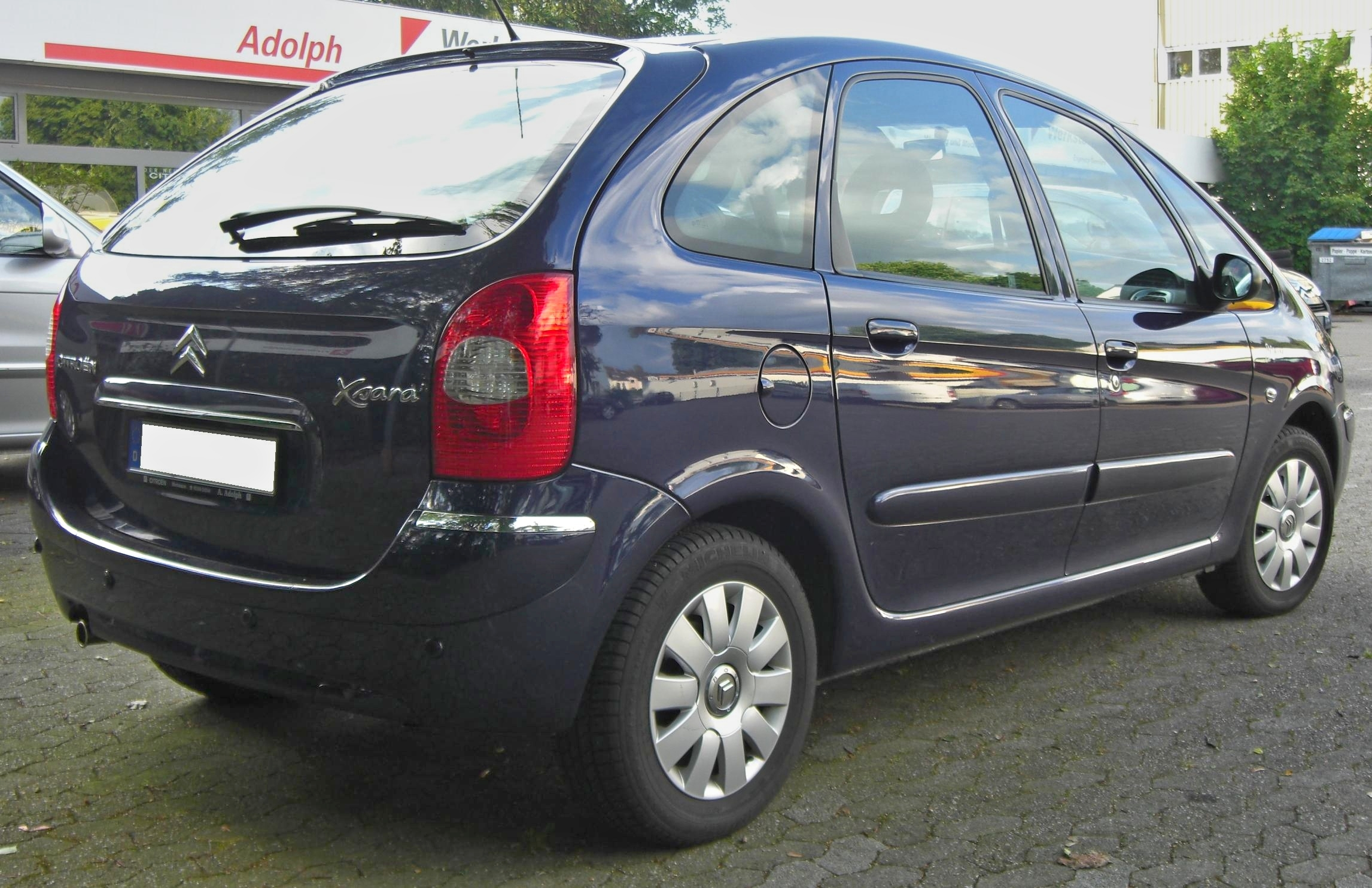 Citroen Xsara Picasso http://it.wikipedia.org/wiki/File:Citroen_Xsara_Picasso_Facelift_rear.jpg